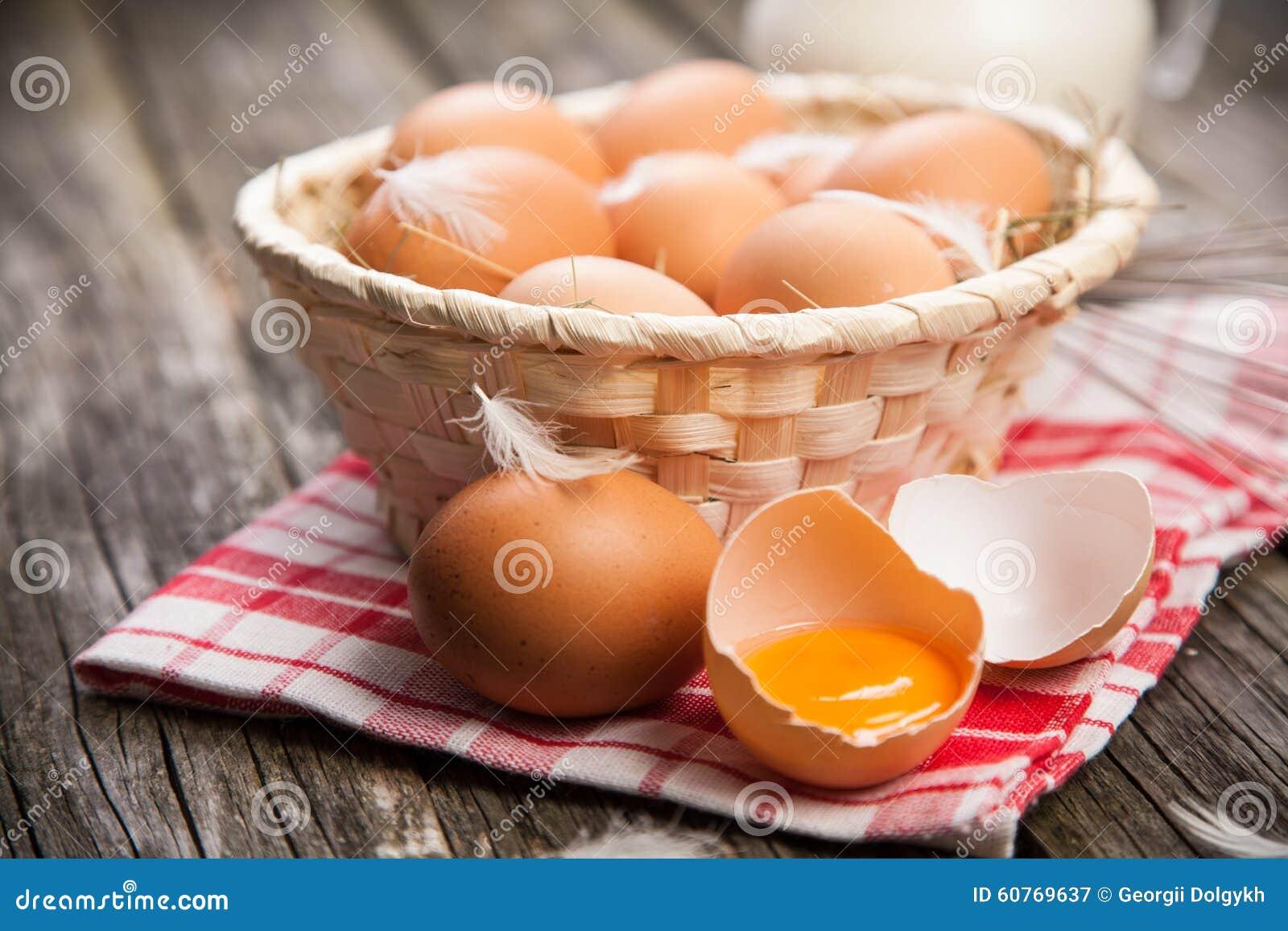 φρέσκος οργανικός αυγών