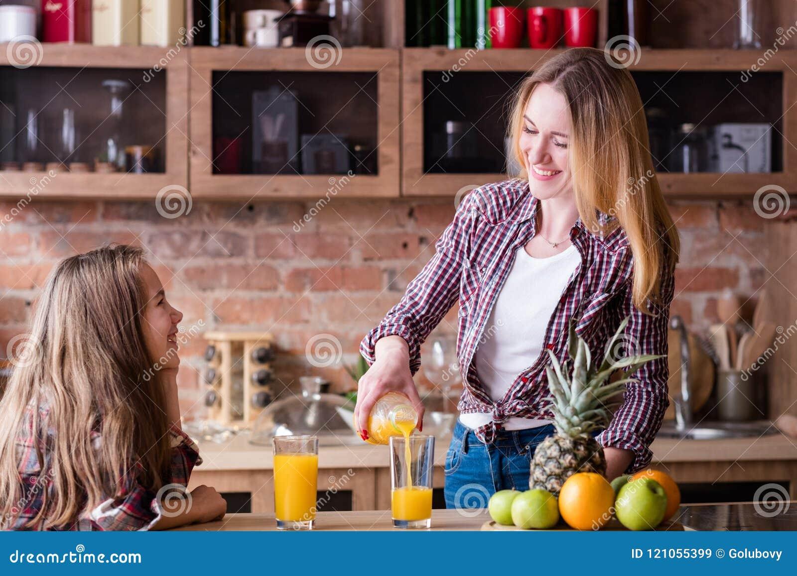 Φρέσκος οργανικός τρόπος ζωής οικογενειακής υγείας παιδιών χυμού