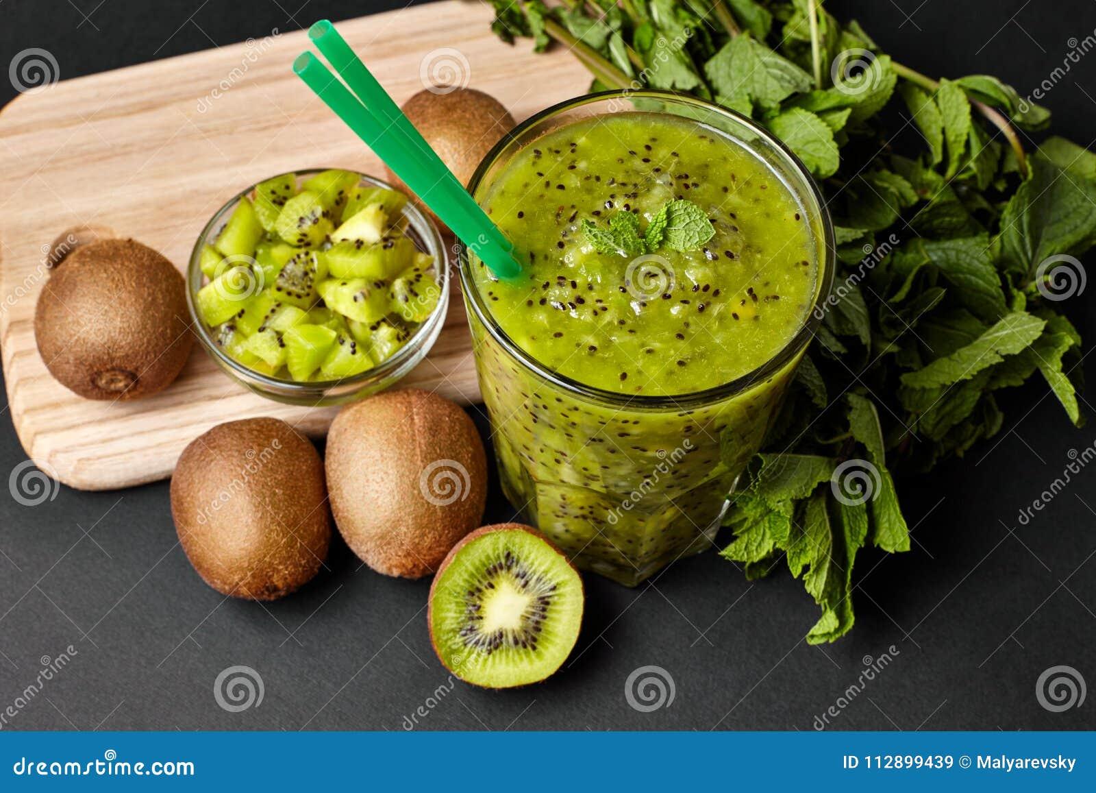 Φρέσκος πράσινος καταφερτζής με το ακτινίδιο και τη μέντα Αγάπη για μια υγιή ακατέργαστη έννοια τροφίμων κατανάλωση υγιής