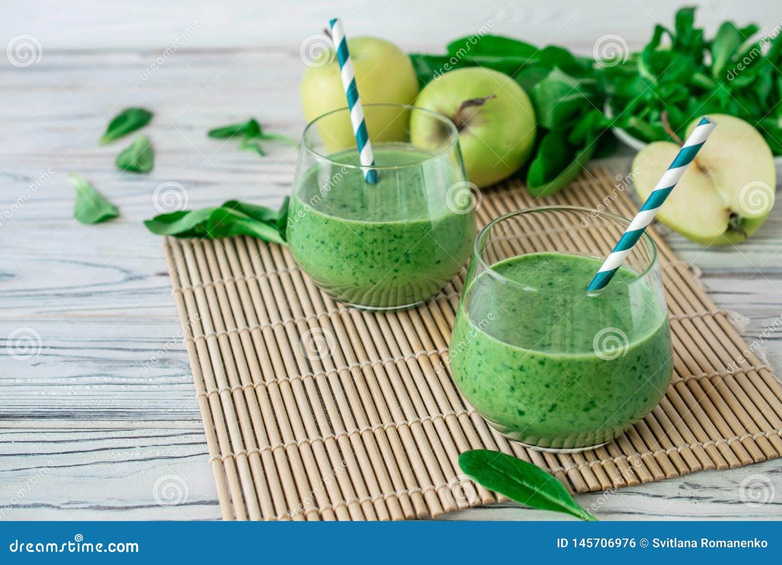 Φρέσκος πράσινος καταφερτζής Detox με το σπανάκι, μήλο, mache μαρούλι αρνιών