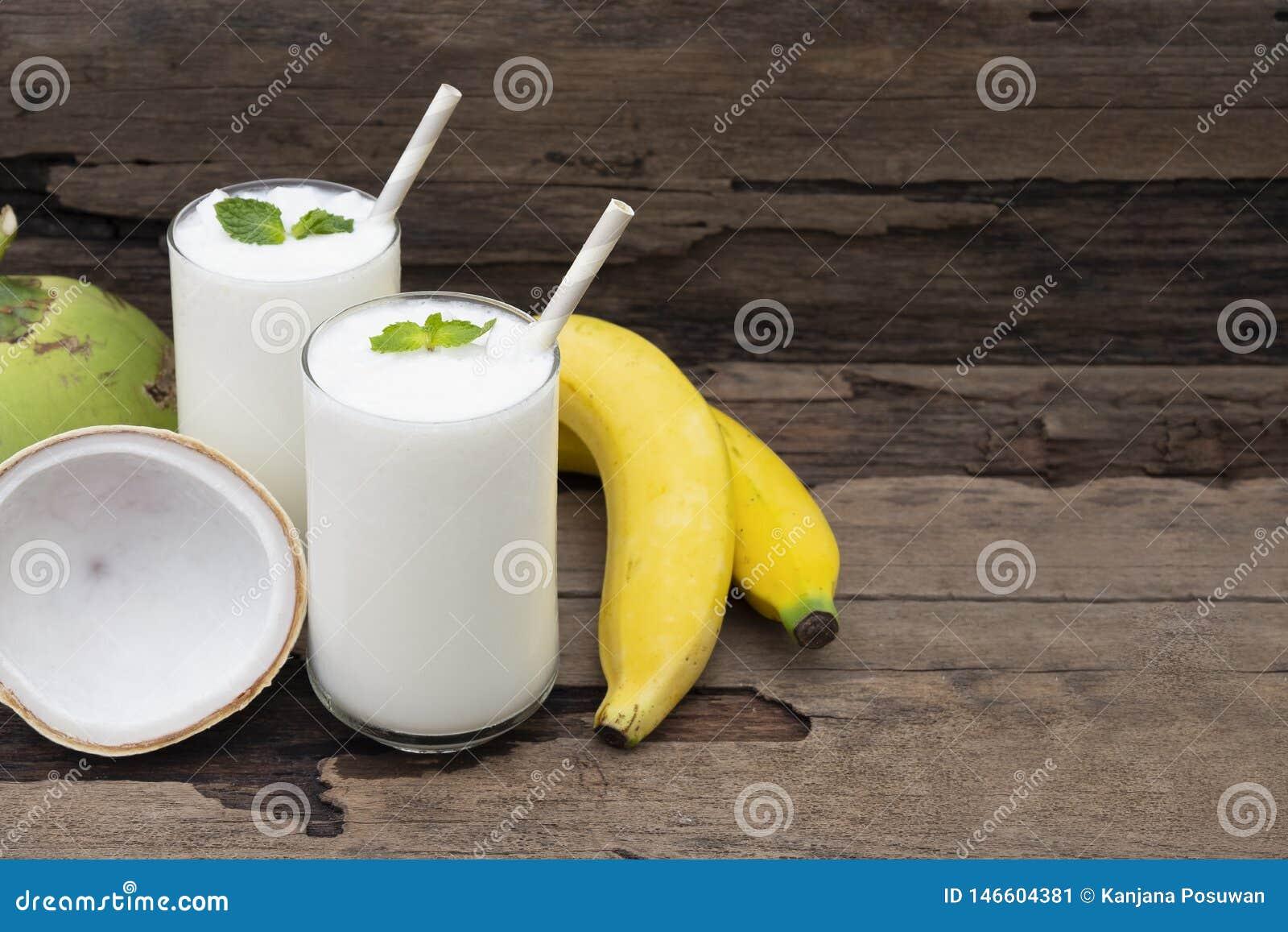 Φρέσκος χυμός καταφερτζήδων βανίλιας κοκτέιλ καρύδων μπανανών και άσπρο ποτό φρούτων μπανανών υγιείς το γούστο yummy στο γυαλί