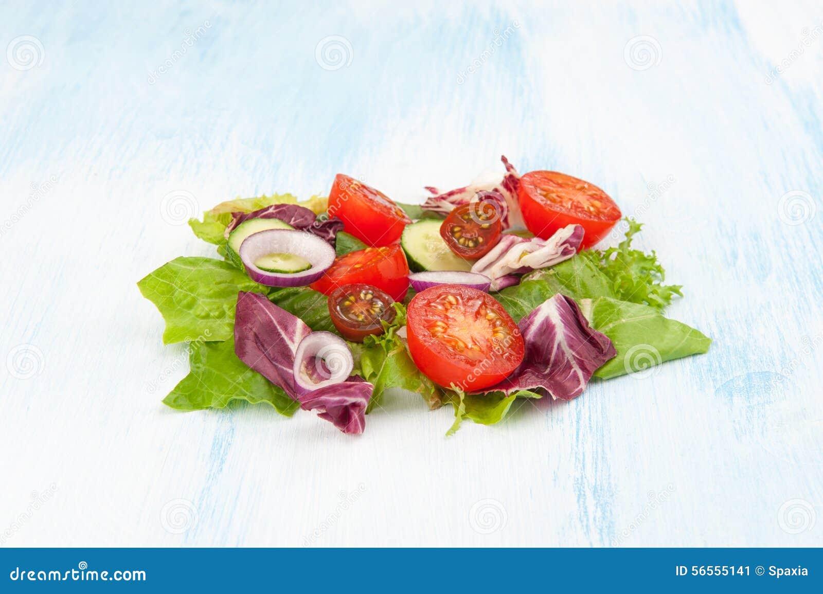 Download φρέσκο λαχανικό ντοματών σαλάτας μιγμάτων μαρουλιού αγγουριών Στοκ Εικόνα - εικόνα από εύγευστος, closeup: 56555141