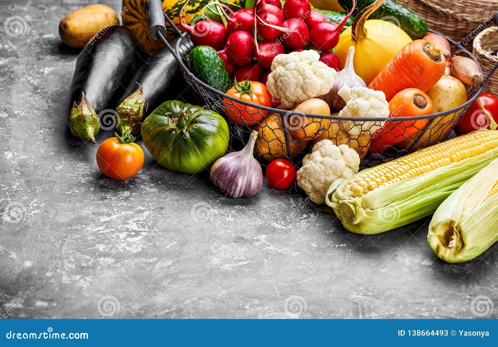 Φρέσκο λαχανικό συγκομιδών στη συγκεκριμένη επιφάνεια Φθινόπωρο