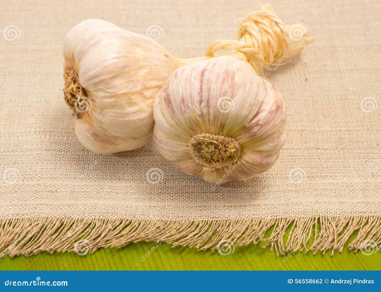 Download Φρέσκο σκόρδο πράσινο στενό σε επάνω πινάκων Στοκ Εικόνες - εικόνα από vegan, συμπληρώματα: 56558662