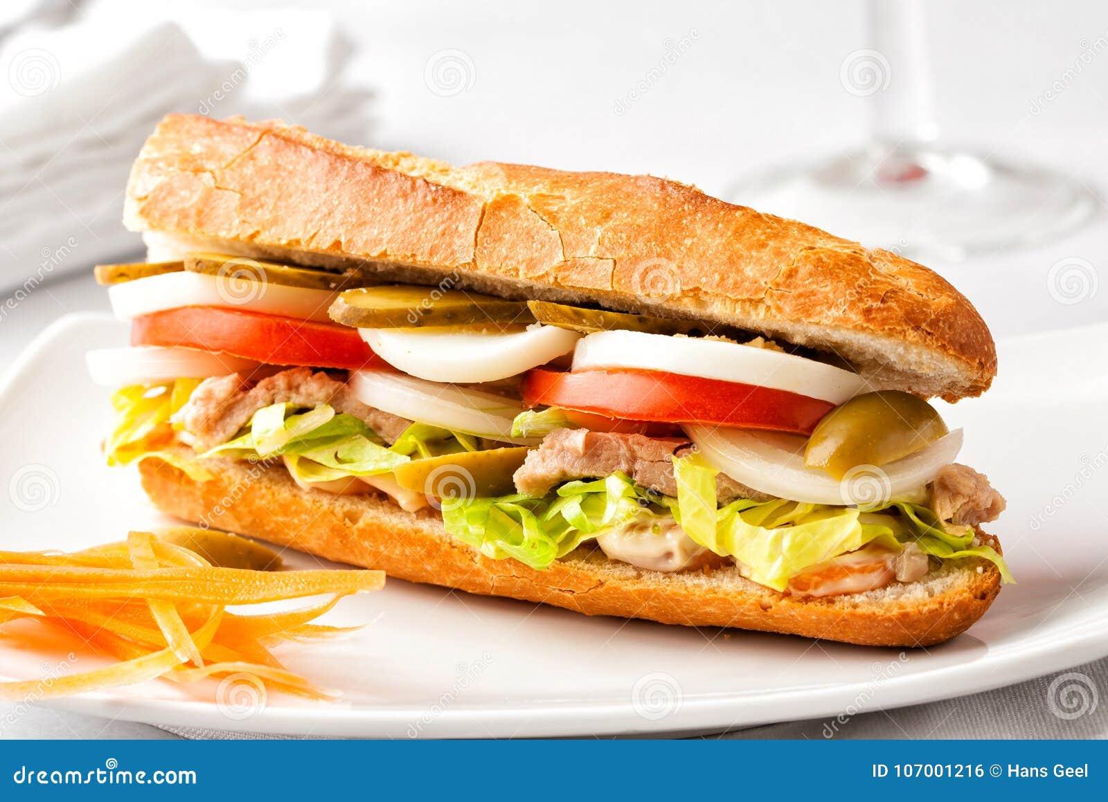 Φρέσκο υγιές σάντουιτς baguette σε ένα άσπρο πιάτο