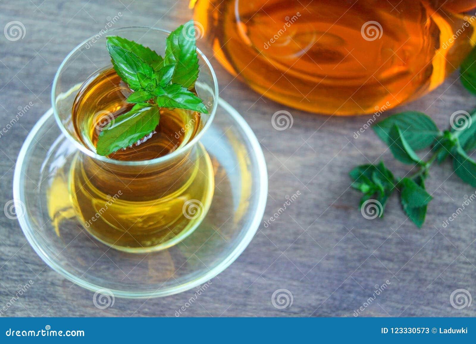 Φρέσκο υγιές peppermint τσάι σε ένα διαφανές γυαλί πράσινη μέντα φύλλων οργανικός