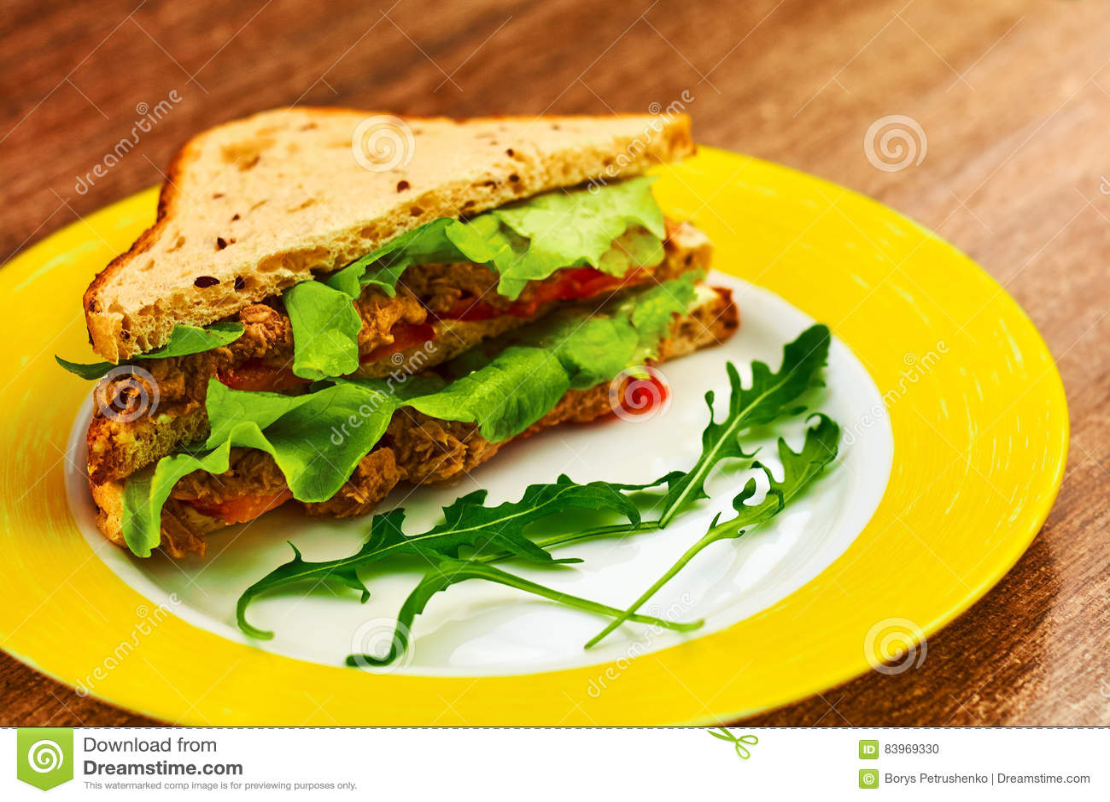 Φρέσκο ψημένο σάντουιτς panini blt με το κοτόπουλο