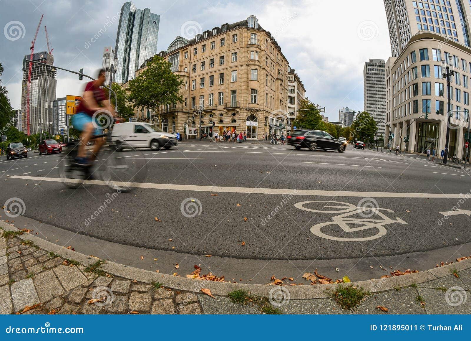Φρανκφούρτη, Hesse/Γερμανία - 07-22-2018: Ένας αναβάτης ποδηλάτων που ανακυκλώνει σε μια πάροδο ποδηλάτων
