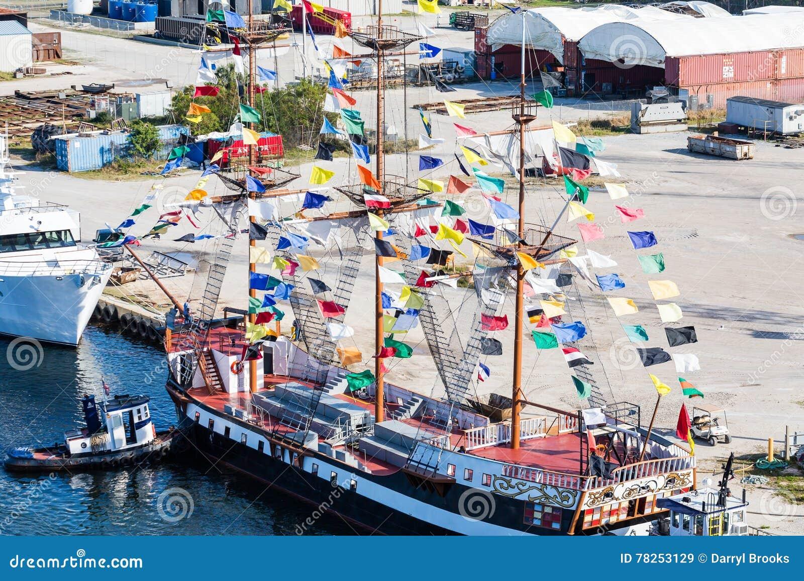 Φρεγάτα πειρατών με τις ζωηρόχρωμες σημαίες