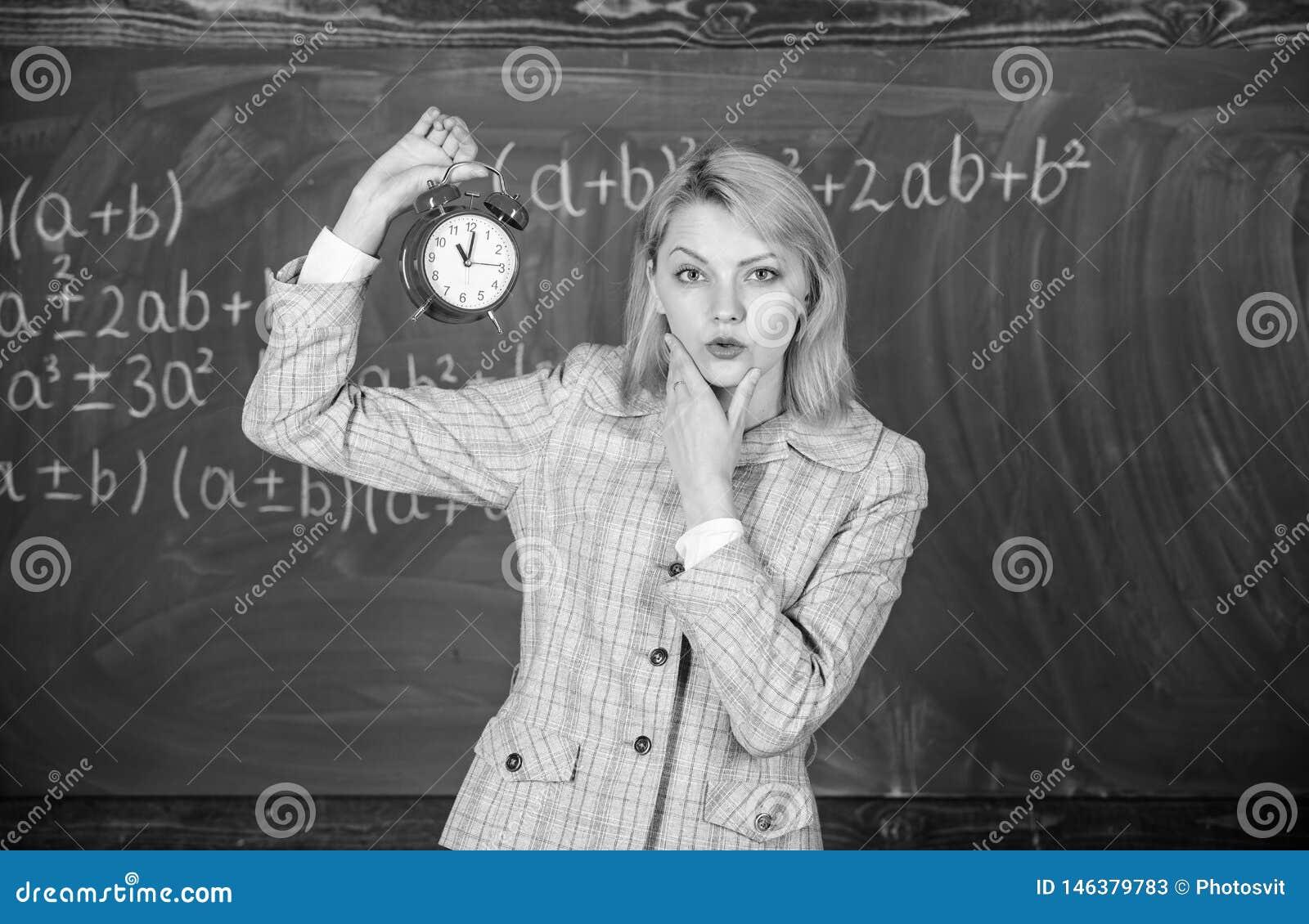 Φροντίζει για την πειθαρχία Ξυπνητήρι λαβής δασκάλων γυναικών Σχολικός ομιλητής κοριτσιών Τι ώρα είναι Πρόγραμμα μαθημάτων
