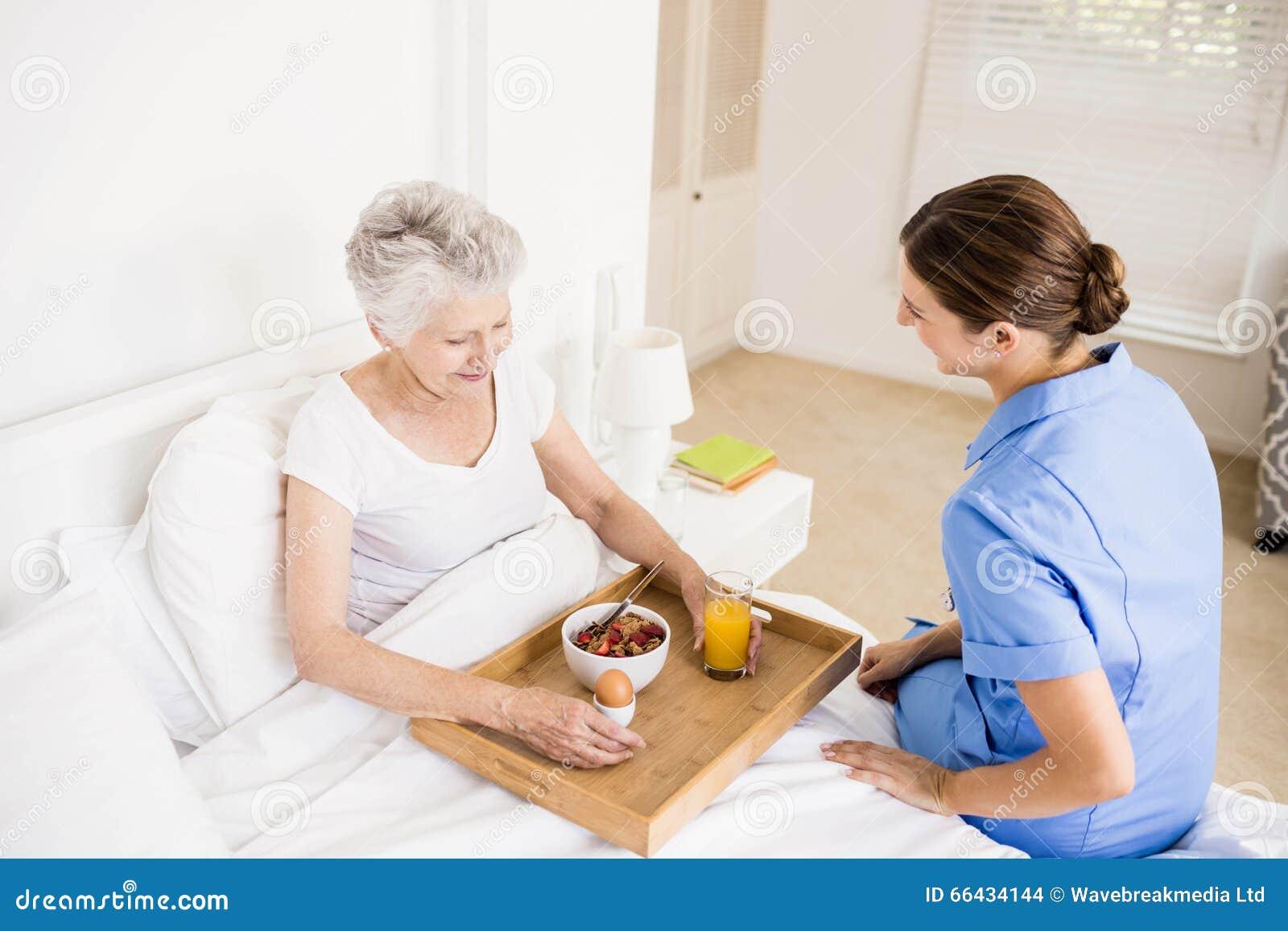 Φροντίδα νοσοκόμων που υφίσταται τον ανώτερο ασθενή
