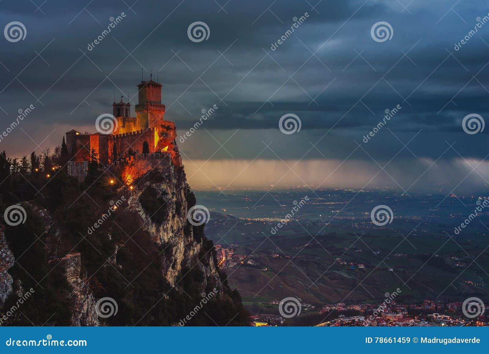 Φρούριο του Άγιου Μαρίνου Guaita στο υποστήριγμα Titano στο ηλιοβασίλεμα