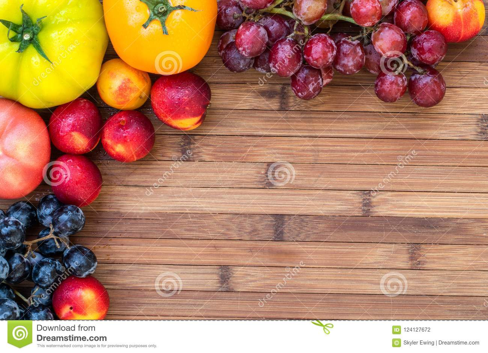 Φρούτα και λαχανικά φθινοπώρου ένας ξύλινος πίνακας