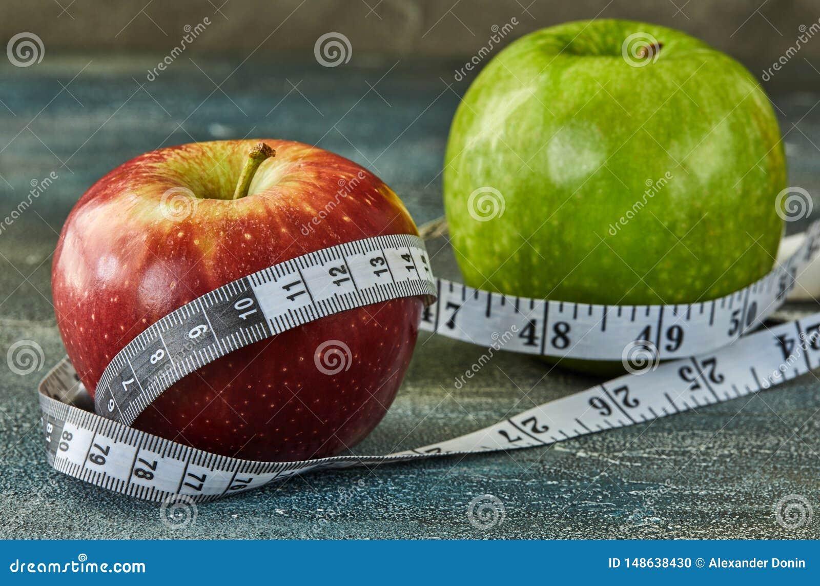 Φρούτα και μετρητής σε ένα μπλε με το υπόβαθρο διαζυγίων
