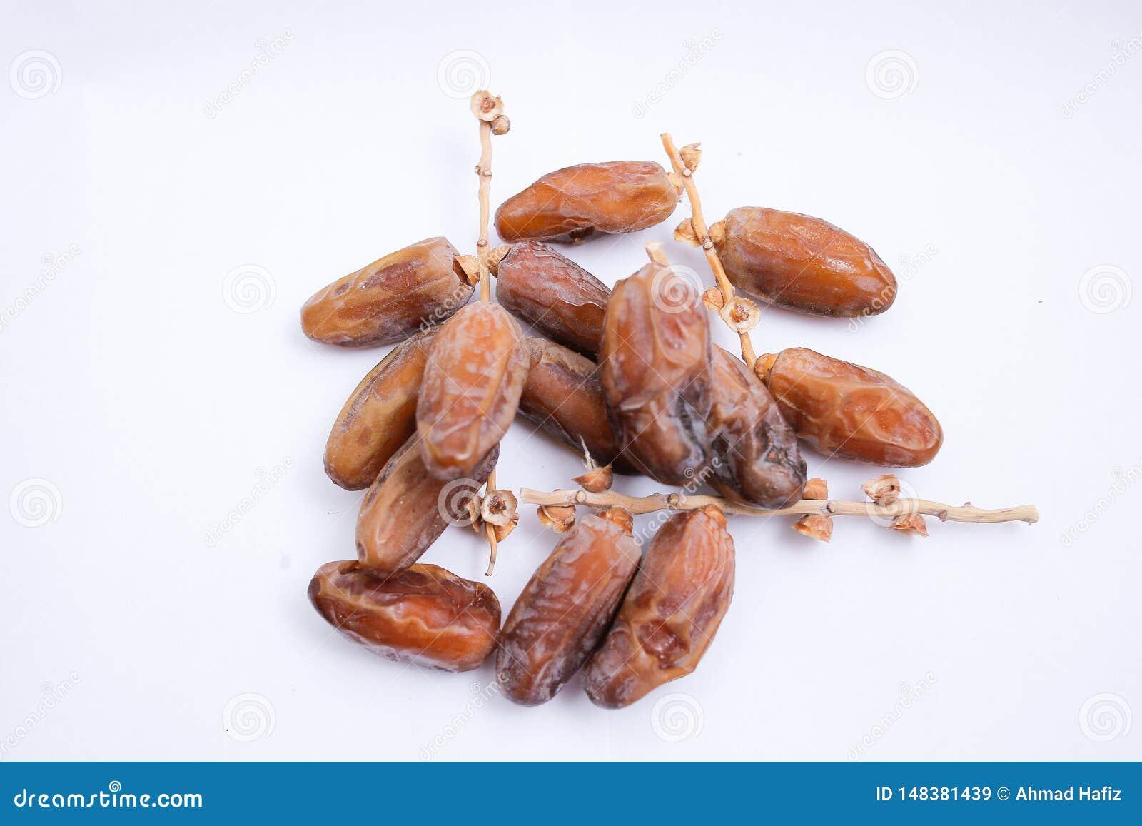 Φρούτα Kurma ή ημερομηνιών που απομονώνονται στο άσπρο υπόβαθρο για Ramadhan