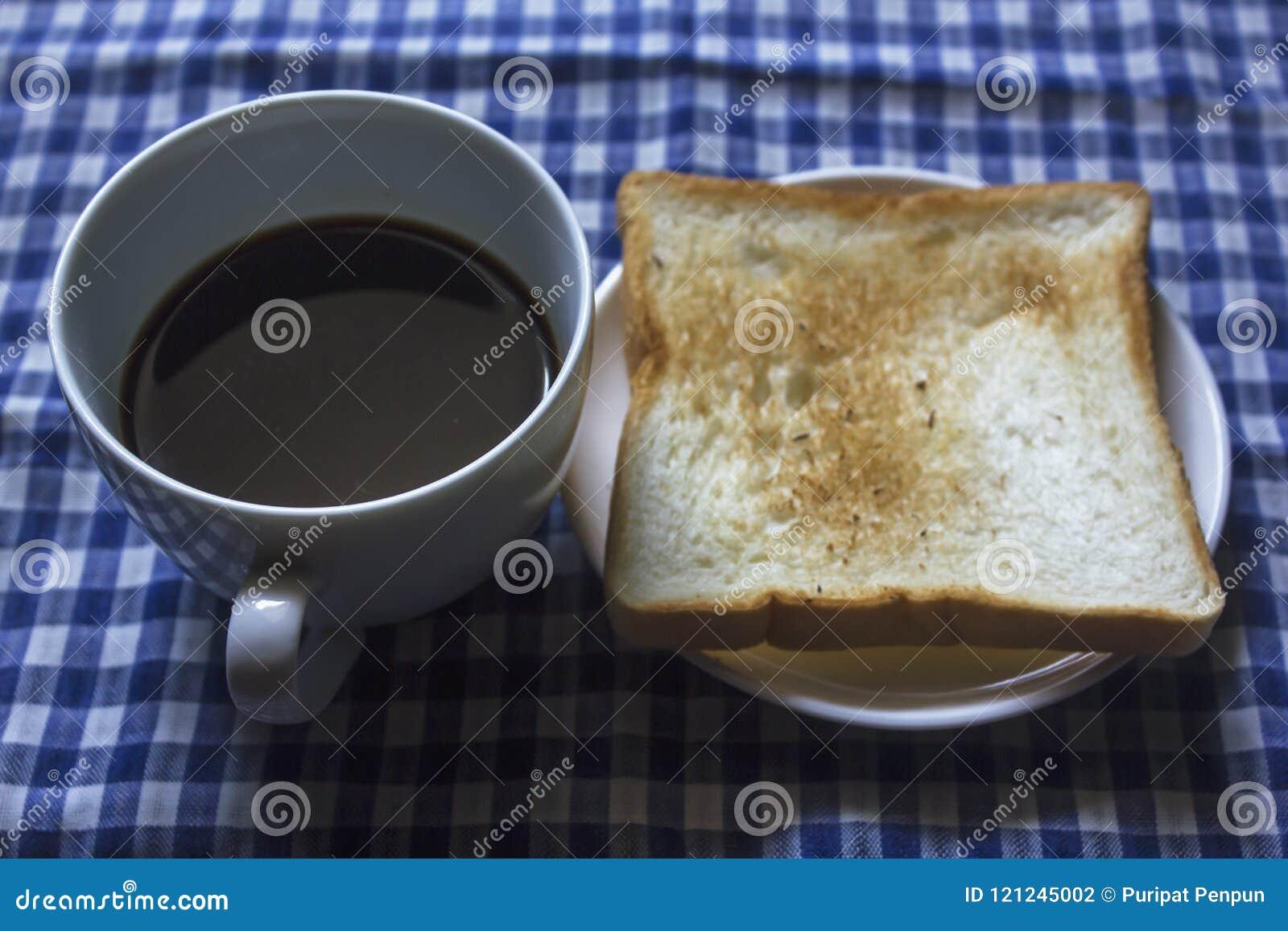 Φρυγανιά και μαύρος καφές στο γυαλί
