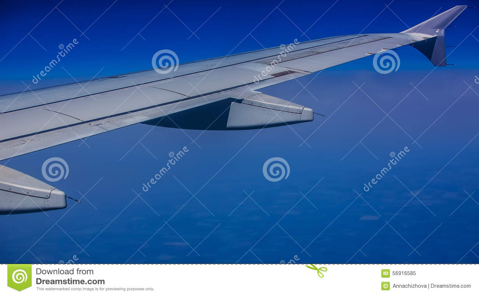 Φτερό αεροσκαφών στα σύννεφα