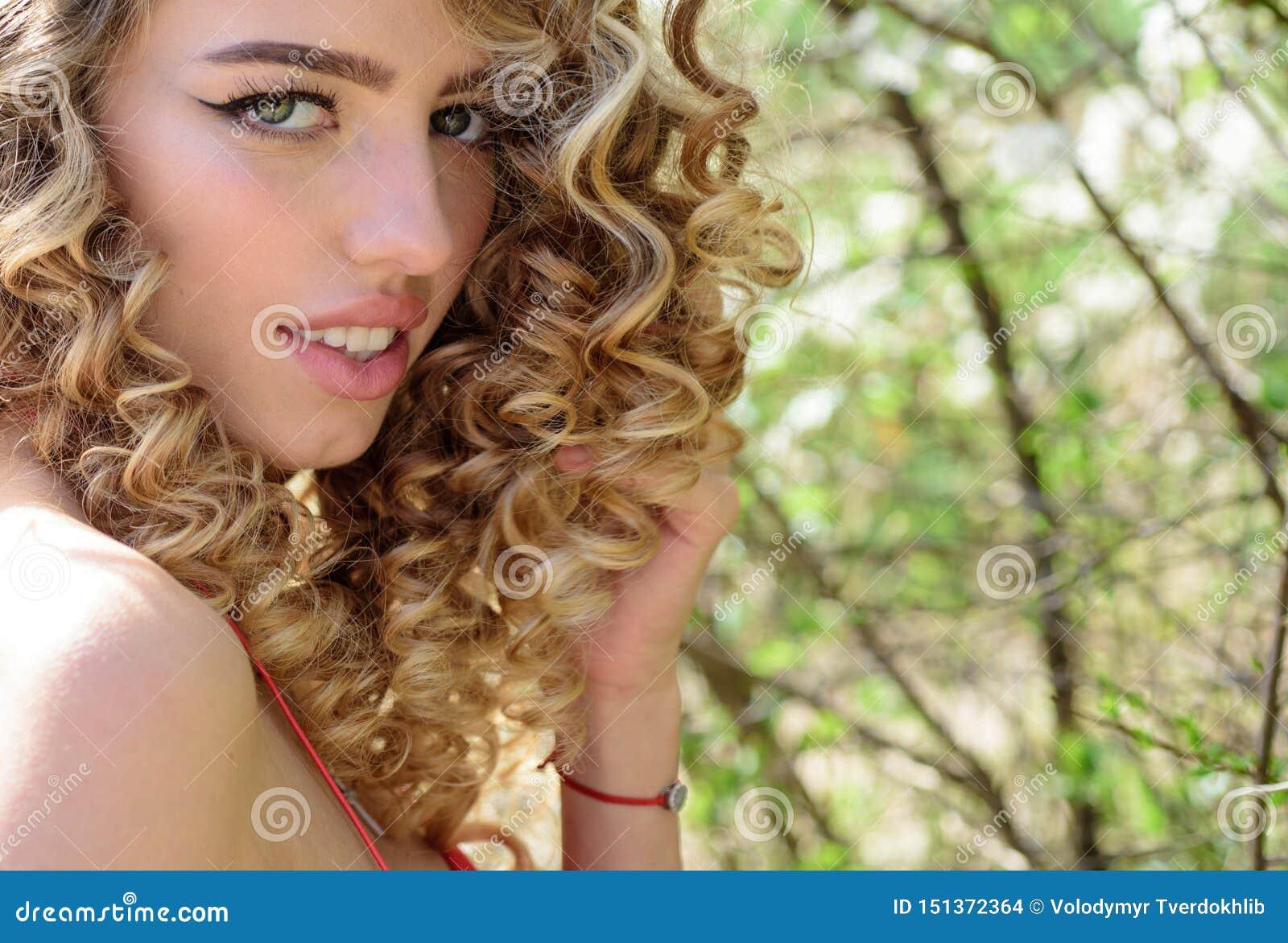 Φυσικές ευτυχία, διασκέδαση και αρμονία Χαμογελώντας νέο όμορφο κορίτσι
