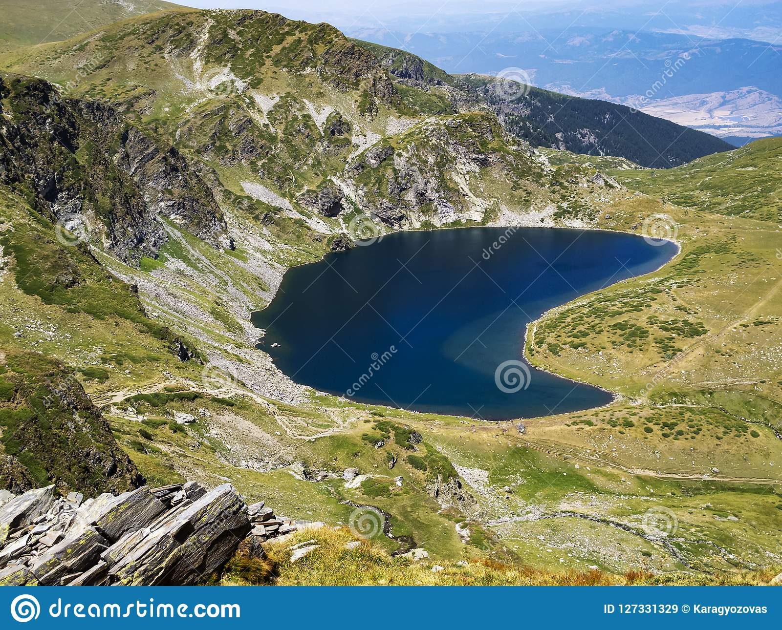 Φυσική άποψη στη λίμνη νεφρών, μια από τις επτά λίμνες Rila στα βουνά Rila, Βουλγαρία