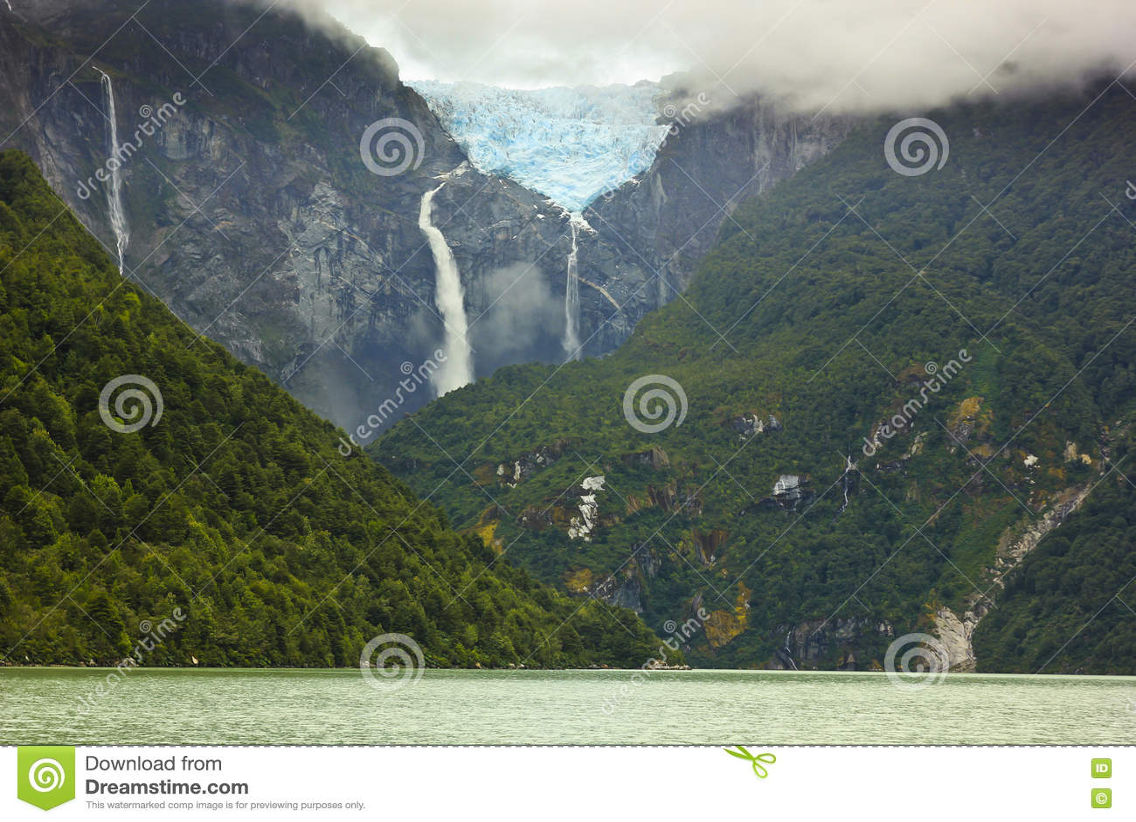 Φυσική άποψη σχετικά με το ventisquero παγετώνων calgante με τον καταρράκτη, της Χιλής Παταγωνία