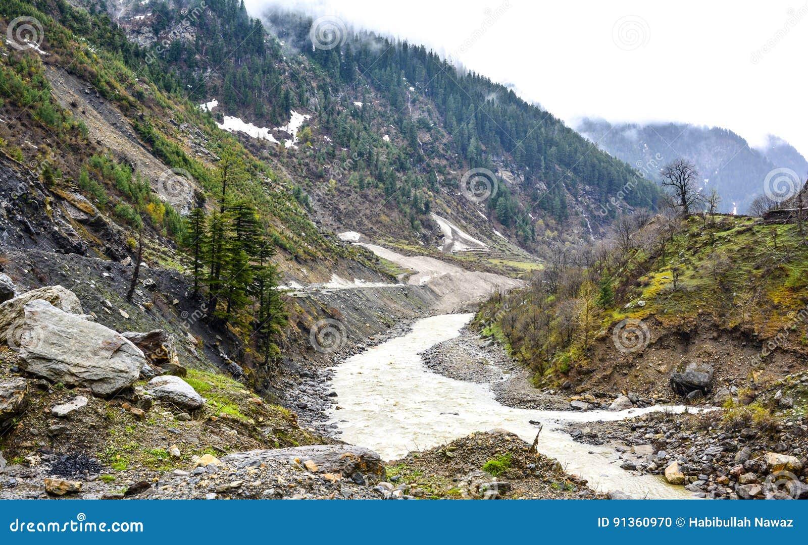 Φυσική άποψη του ποταμού & των βουνών Kunhar στην κοιλάδα Naran Kaghan, Πακιστάν