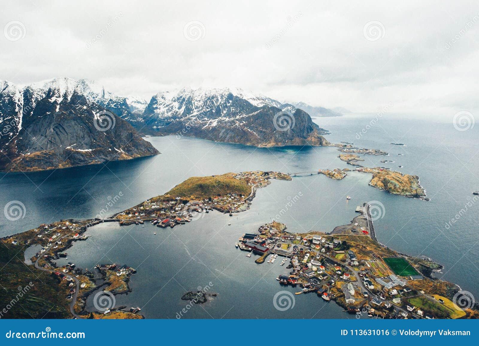 Φυσική εναέρια άποψη της αλιείας της πόλης Reine στα νησιά Lofoten, ούτε
