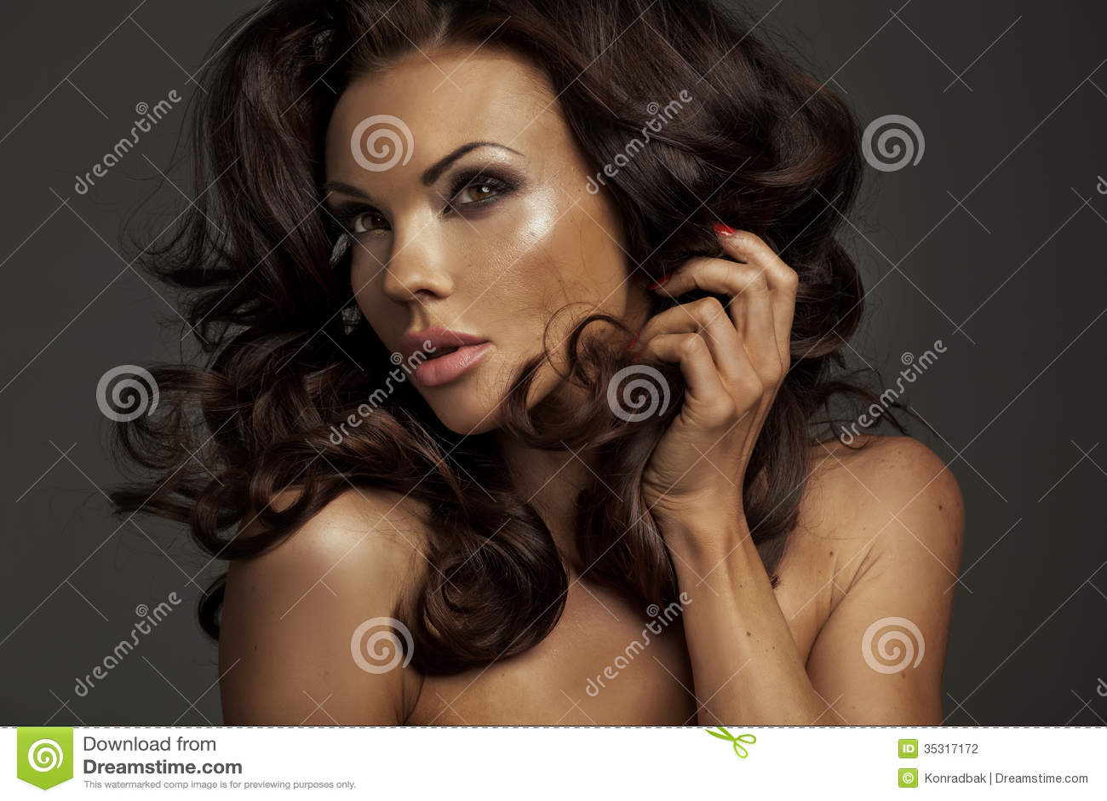 Φυσική ομορφιά της κυρίας brunette