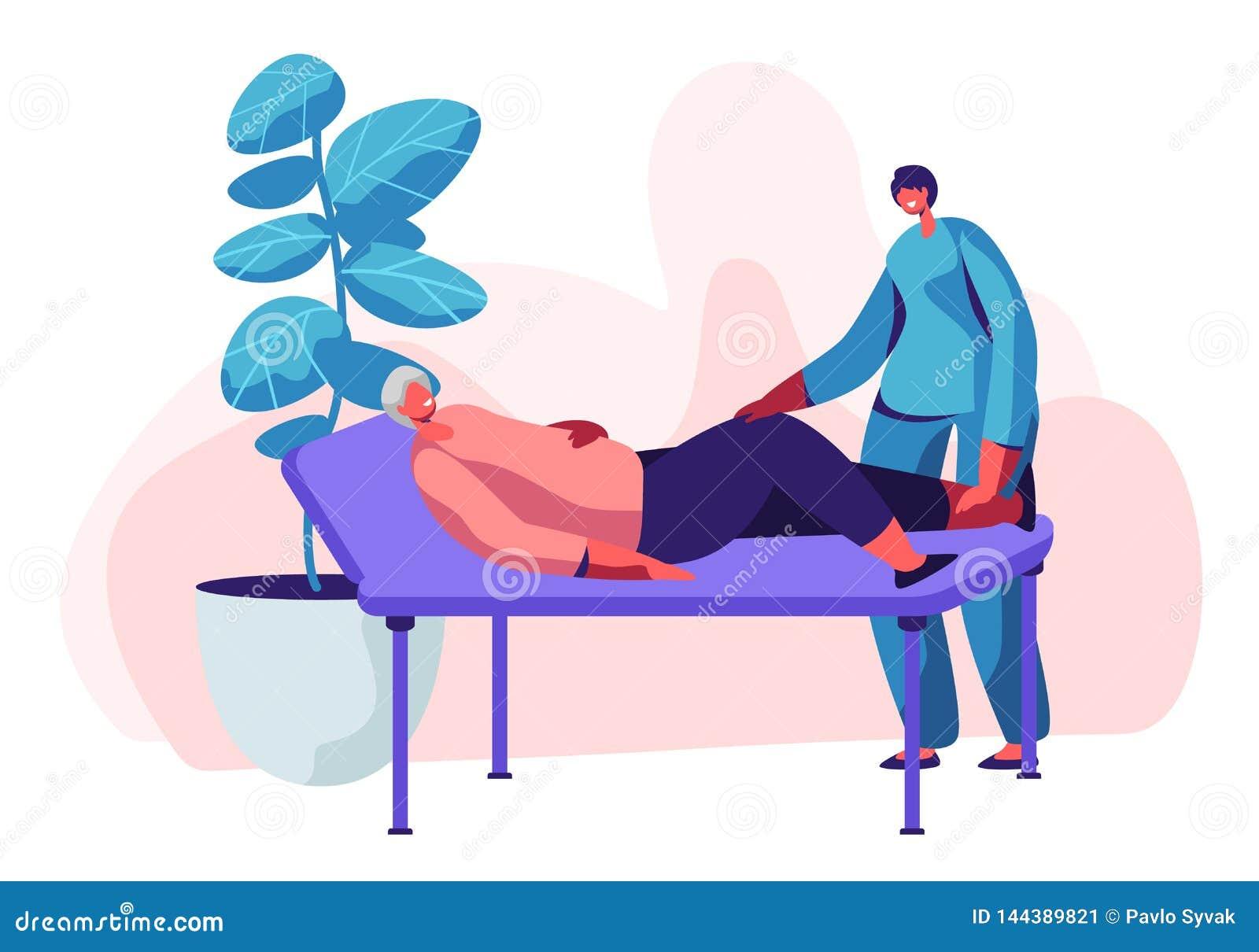 Φυσική υπηρεσία θεραπείας στη ιδιωτική κλινική Ηλικιωμένη γυναίκα που βρίσκεται στον καναπέ και τη νέο νοσοκόμα ή το γιατρό που ε