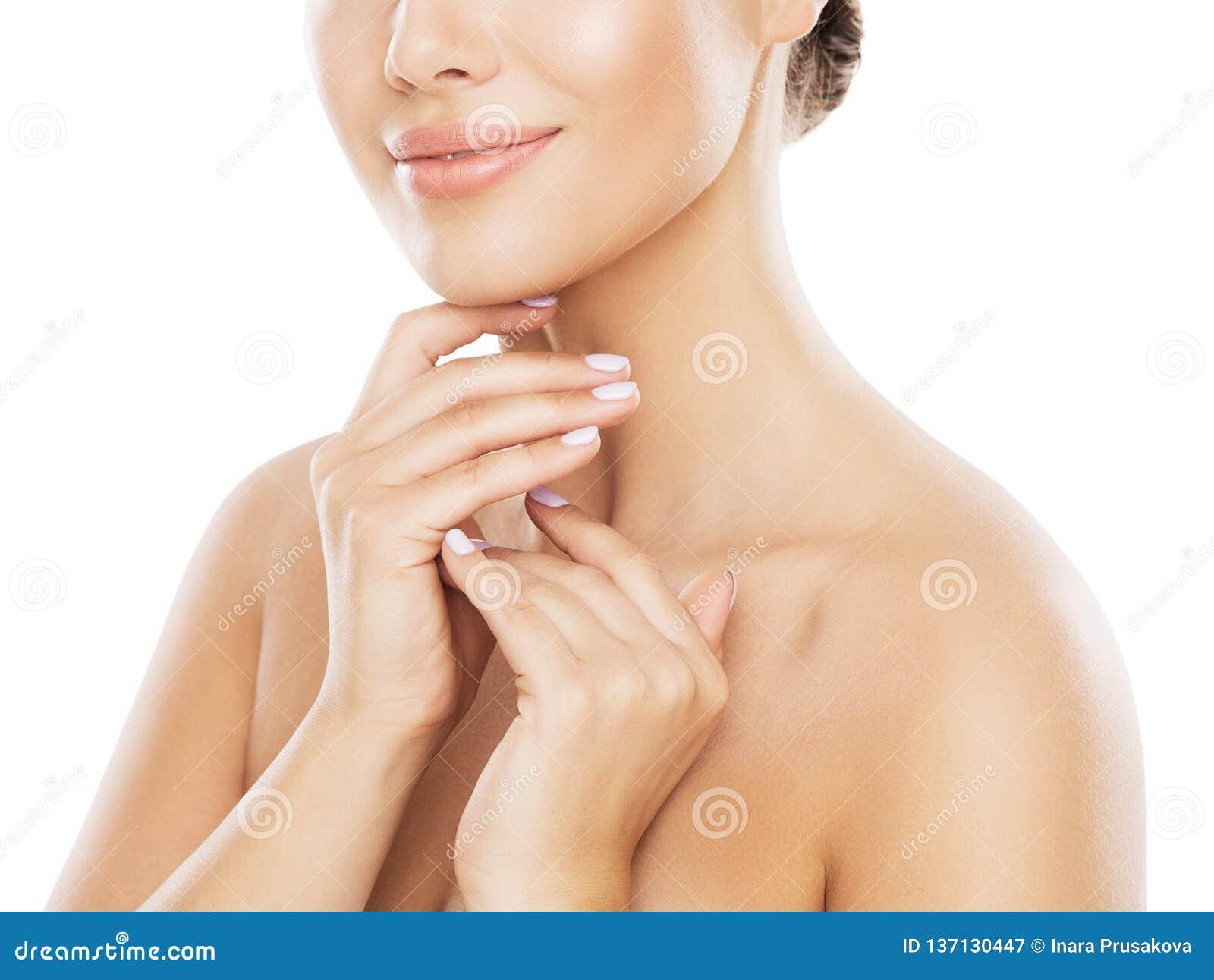Φυσική φροντίδα δέρματος ομορφιάς, γυναίκα σχετικά με το λαιμό με το χέρι, νέο κορίτσι πέρα από το λευκό