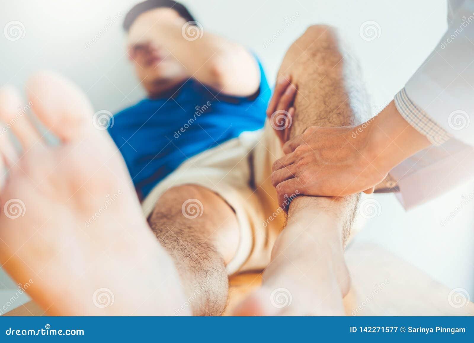 Φυσικός γιατρός που συσκέπτεται με τα υπομονετικά προβλήματα γονάτων τη φυσική έννοια θεραπείας