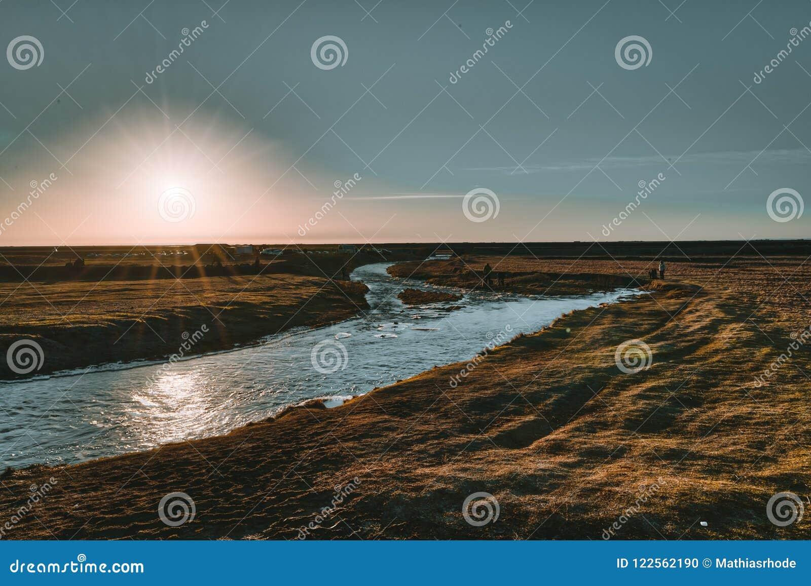Φυσικό ηλιοβασίλεμα της Ισλανδίας στο νότο καταρρακτών Seljalandsfoss της Ισλανδίας