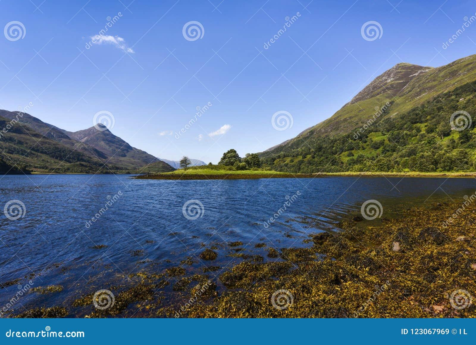 Φυσικό σκωτσέζικο τοπίο κοντά στο οχυρό Ουίλιαμς με την ειδυλλιακή λίμνη που περιβάλλεται από τα μικρά βουνά, Σκωτία