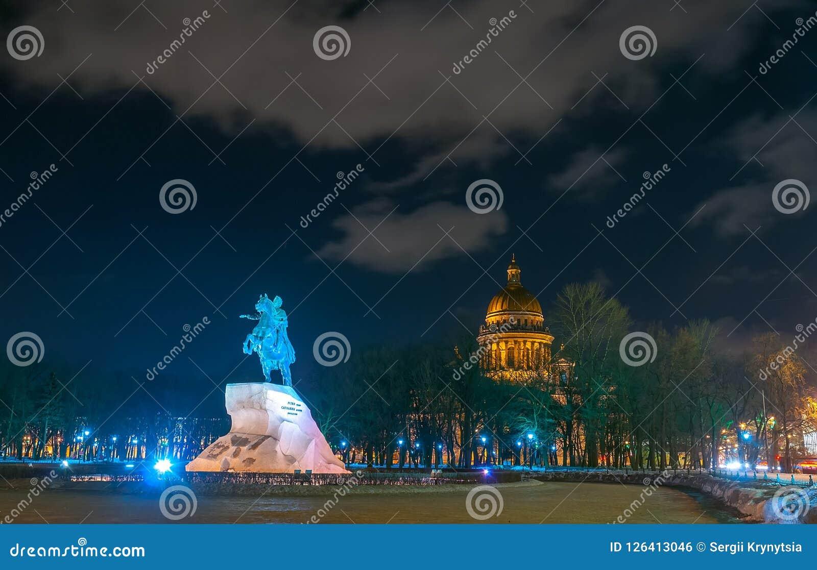 Φυσικό nightscape του μνημείου του ρωσικού αυτοκράτορα Μέγας Πέτρος και ST Isaac Cathedral σε Άγιο Πετρούπολη, Ρωσία