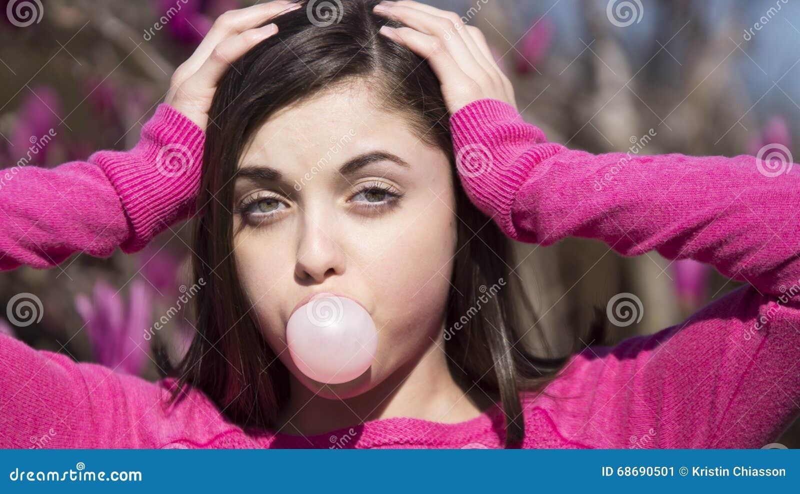 Φυσώντας φυσαλίδα bubblegum κοριτσιών εφήβων