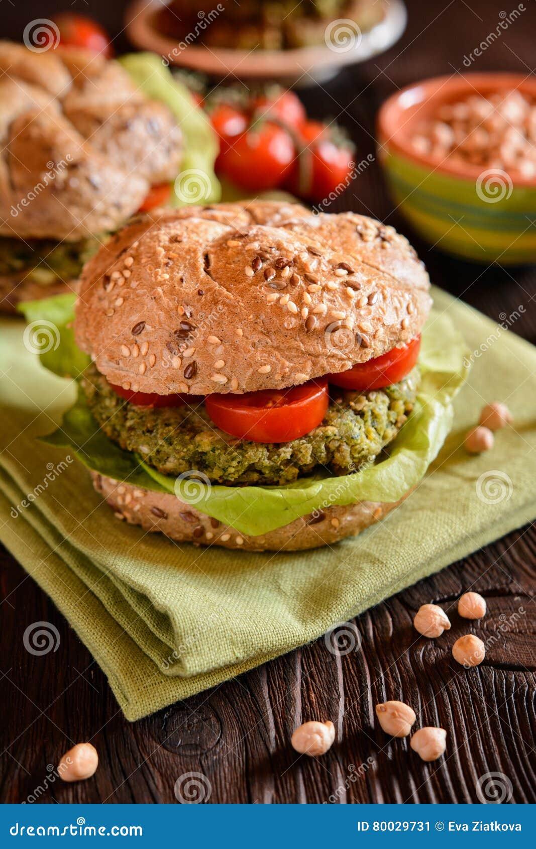 Φυτικό burger με chickpeas - fritter, μαρούλι και ντομάτα σπανακιού