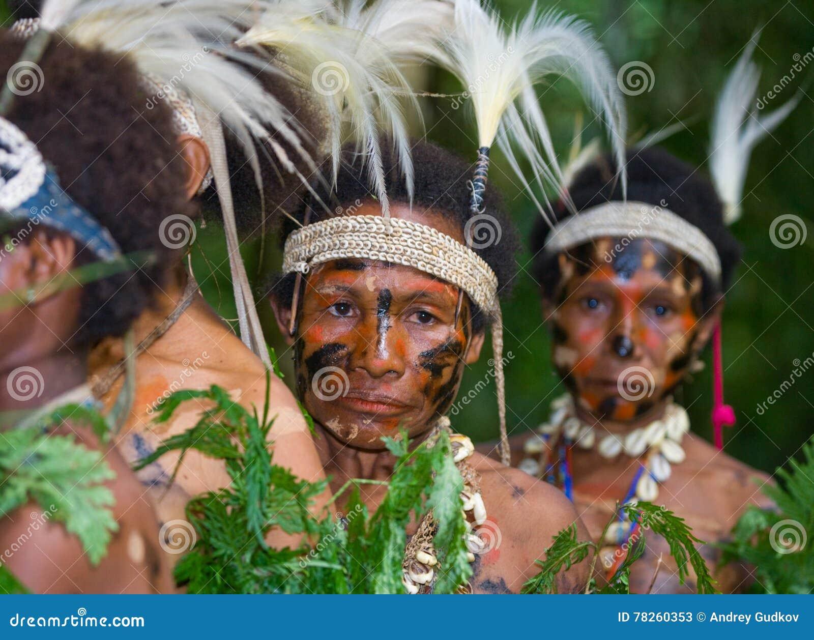 Φυλή Yaffi γυναικών στον παραδοσιακό χρωματισμό Νησί της Νέας Γουϊνέας