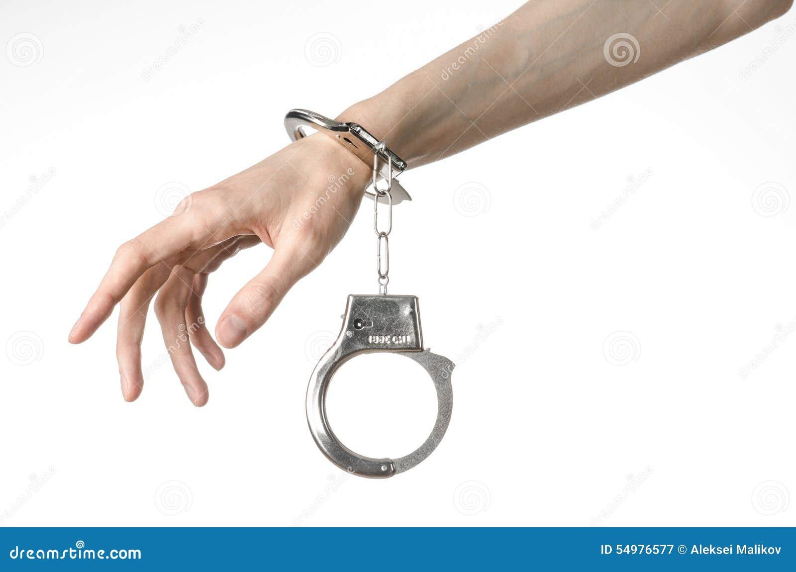 Φυλακή και καταδικασμένο θέμα: χέρια ατόμων με τις χειροπέδες που απομονώνονται επάνω