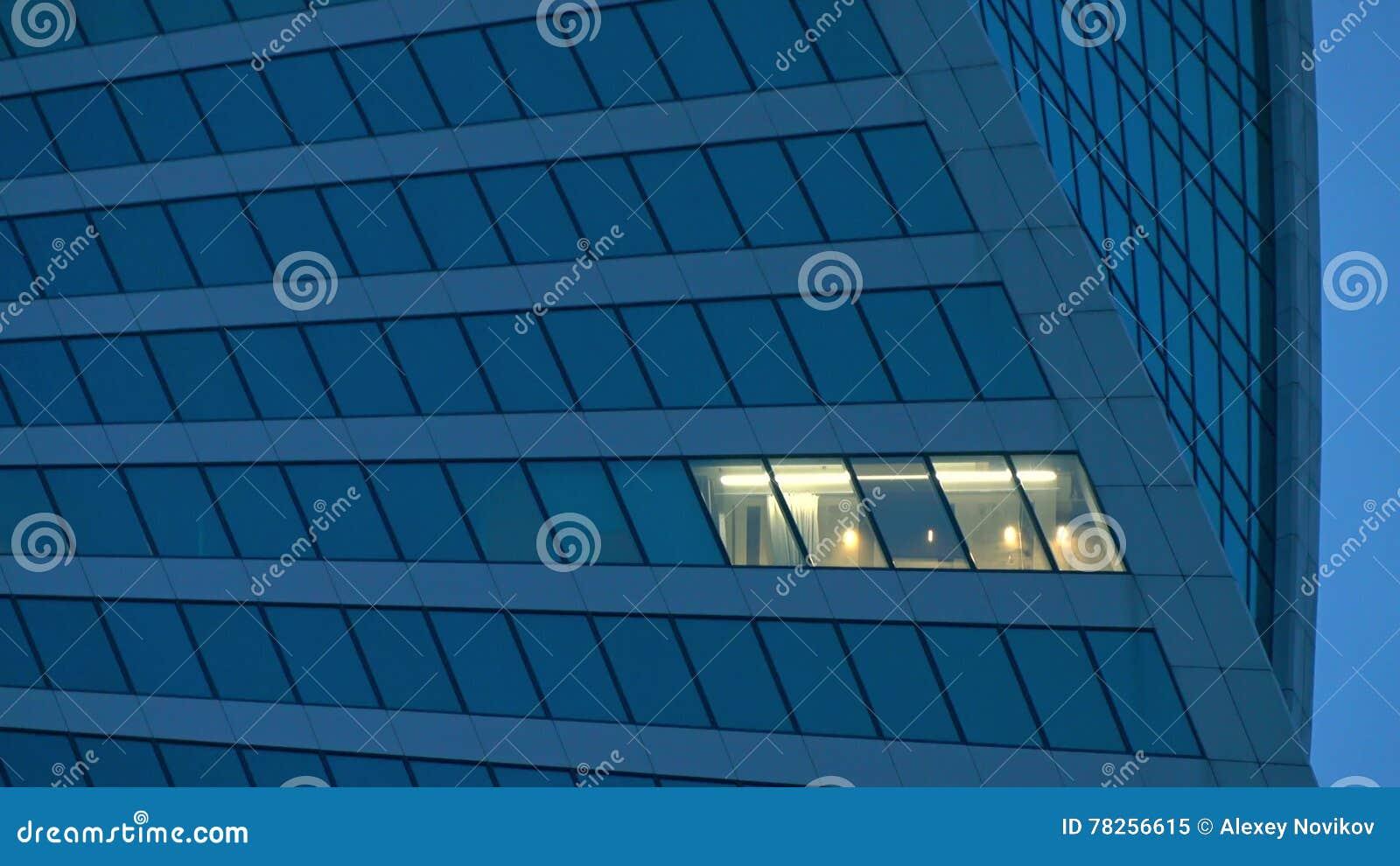 Φως στα παράθυρα γραφείων στο σύγχρονο ουρανοξύστη πρόσφατη εργασία
