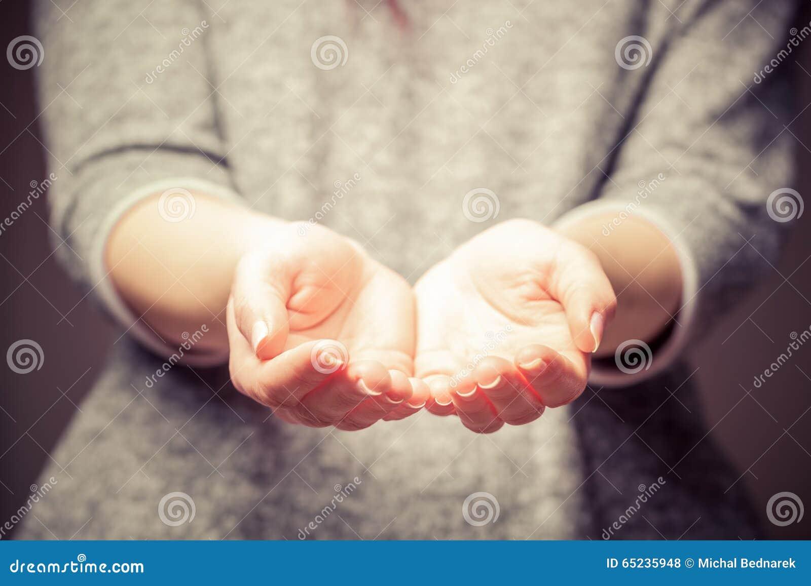 Φως στα χέρια της νέας γυναίκας Διανομή, δόσιμο, προσφορά, που παίρνει την προσοχή, προστασία
