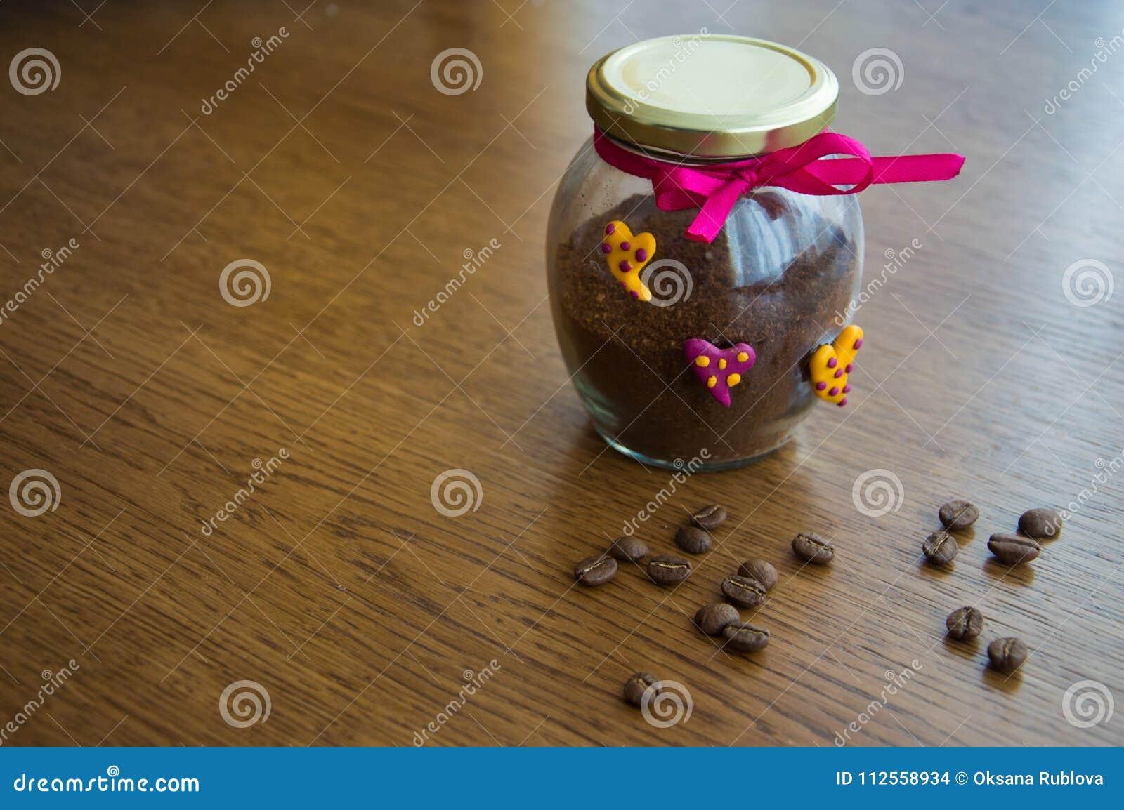 Φωτεινή τράπεζα με τον καφέ και τα διεσπαρμένα φασόλια καφέ