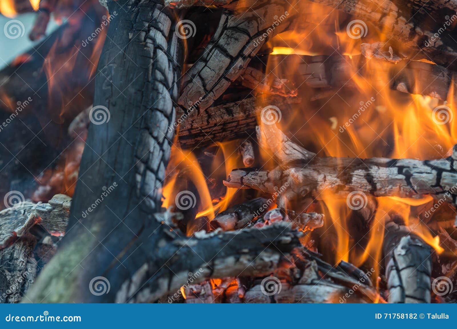 Φωτεινή φλόγα της καίγοντας φωτιάς