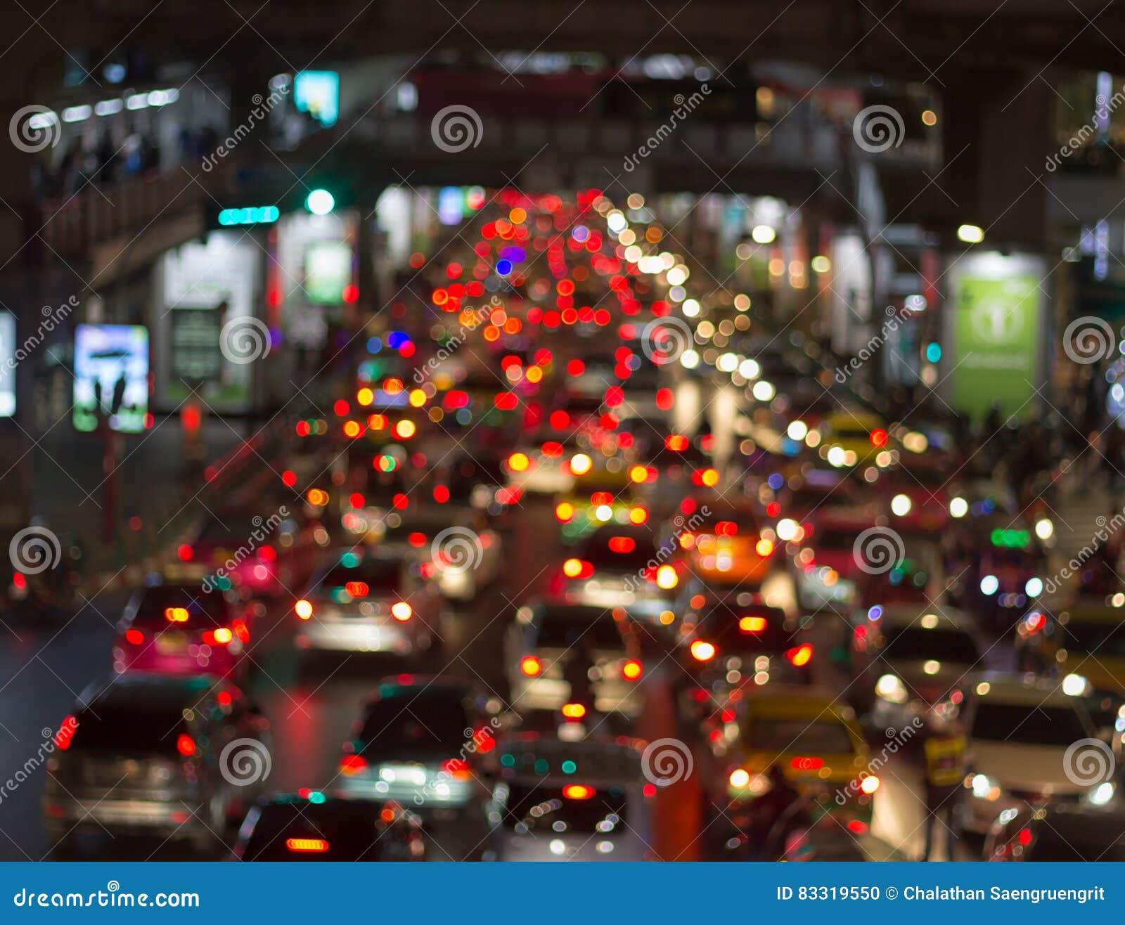 Φωτεινοί κύκλοι από τους προβολείς αυτοκινήτων ` s στο defocuse