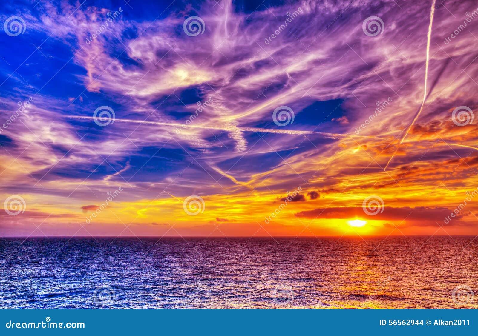 Download Φωτεινός ήλιος και άσπρα σύννεφα πέρα από τη θάλασσα στην ακτή Alghero Στοκ Εικόνες - εικόνα από azov, περιοχής: 56562944