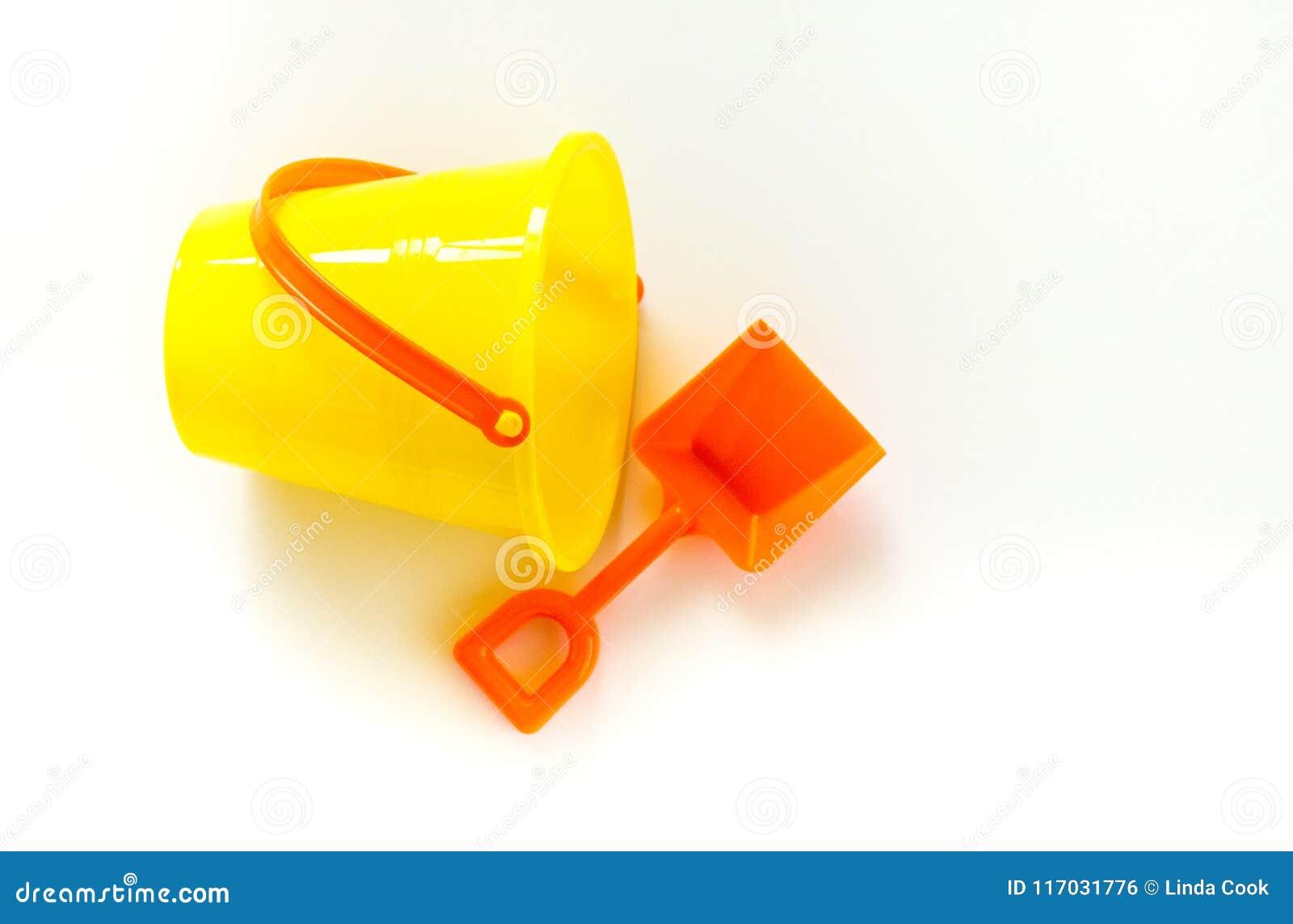 Φωτεινός κίτρινος κάδος και πορτοκαλί φτυάρι που απομονώνονται στο λευκό