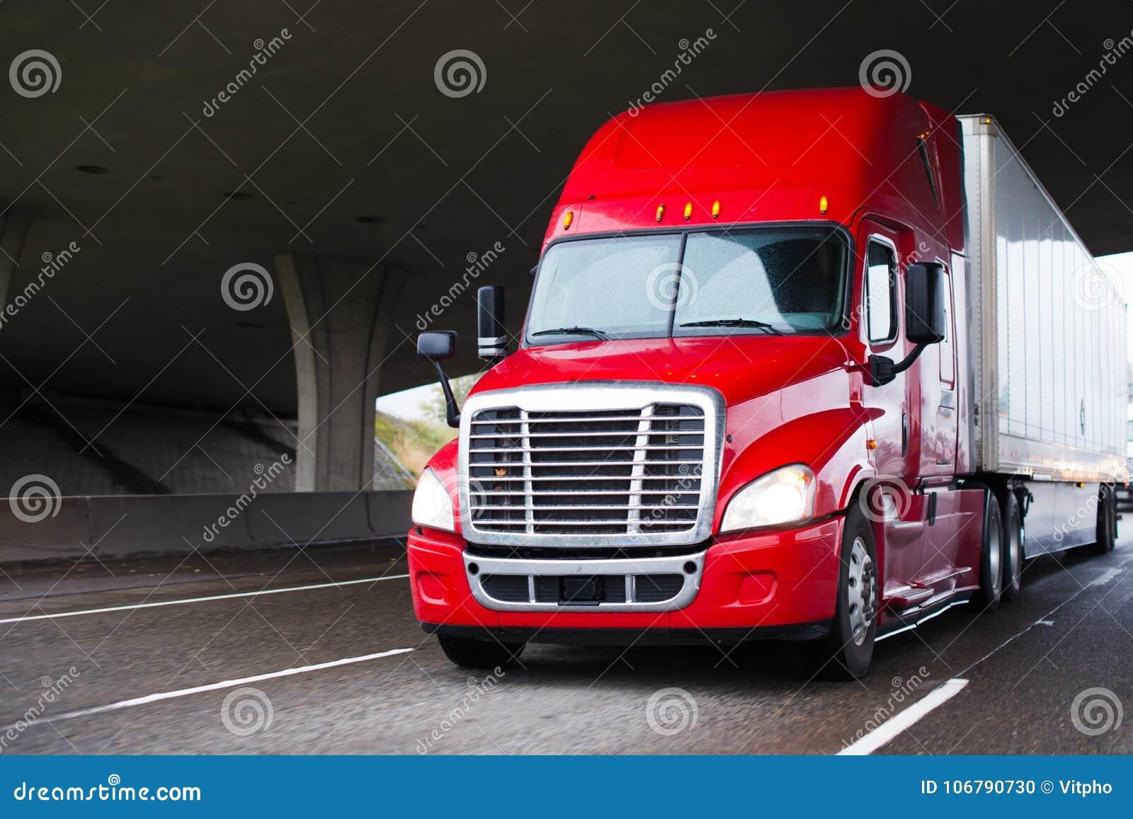Φωτεινό κόκκινο σύγχρονο μεγάλο ημι φορτηγό εγκαταστάσεων γεώτρησης με ξηρό van trailer runnin