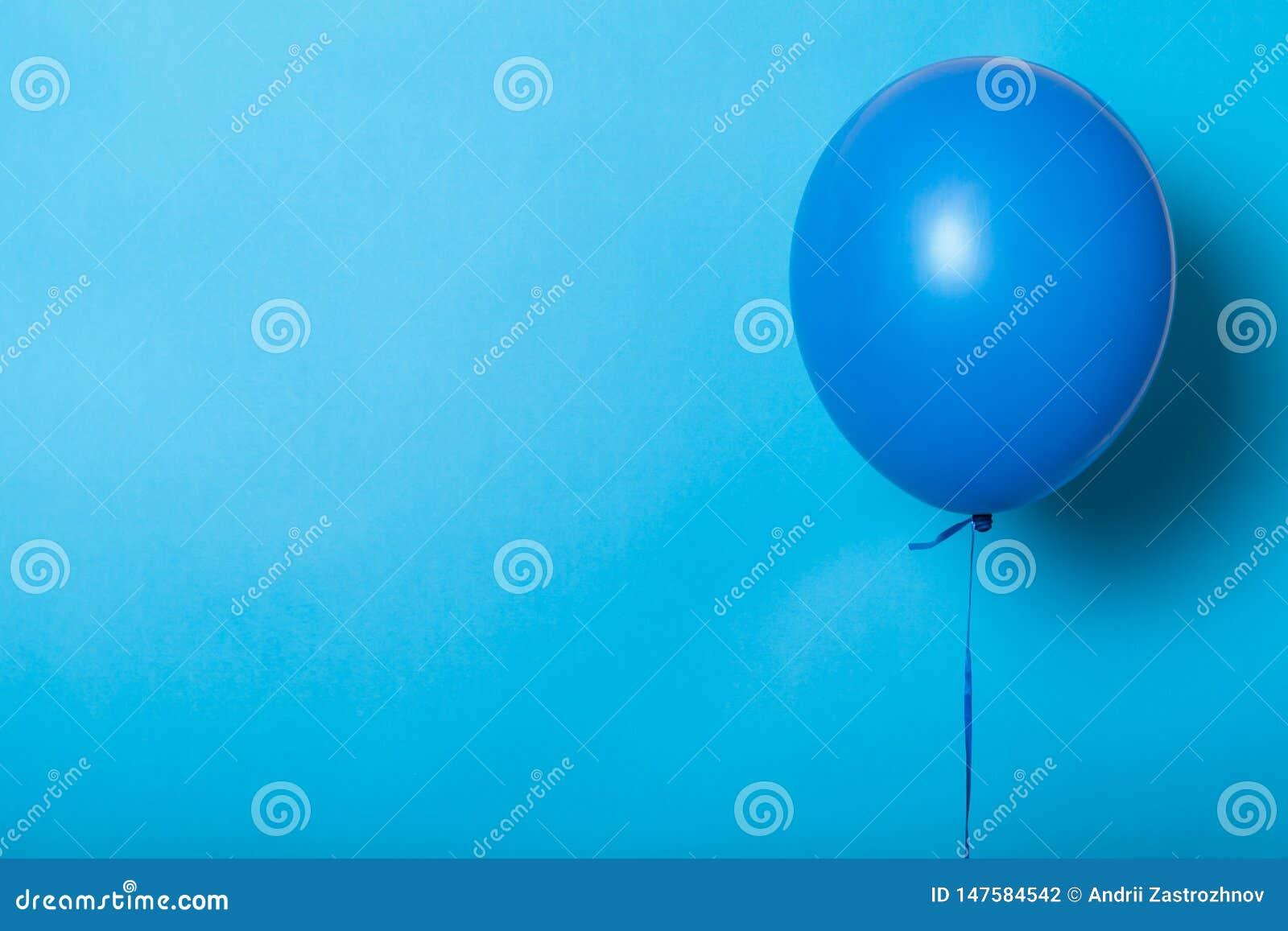 Φωτεινό μπαλόνι αέρα, ήλιο Ελάχιστο εορταστικό υπόβαθρο Κενό διάστημα για το κείμενο, λογότυπο