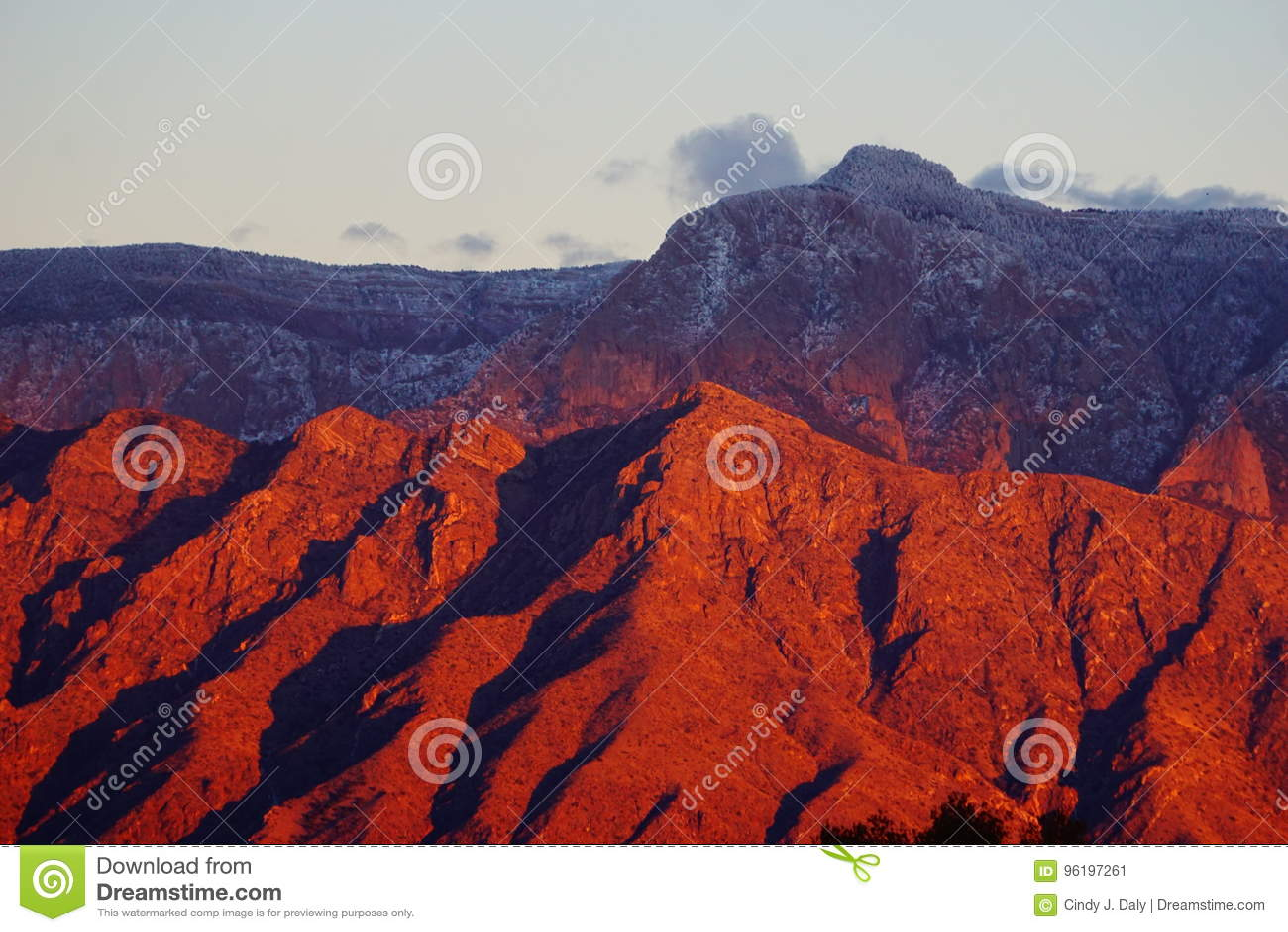 Φωτεινό χρώμα ηλιοβασιλέματος στα βουνά Sandia του Νέου Μεξικό