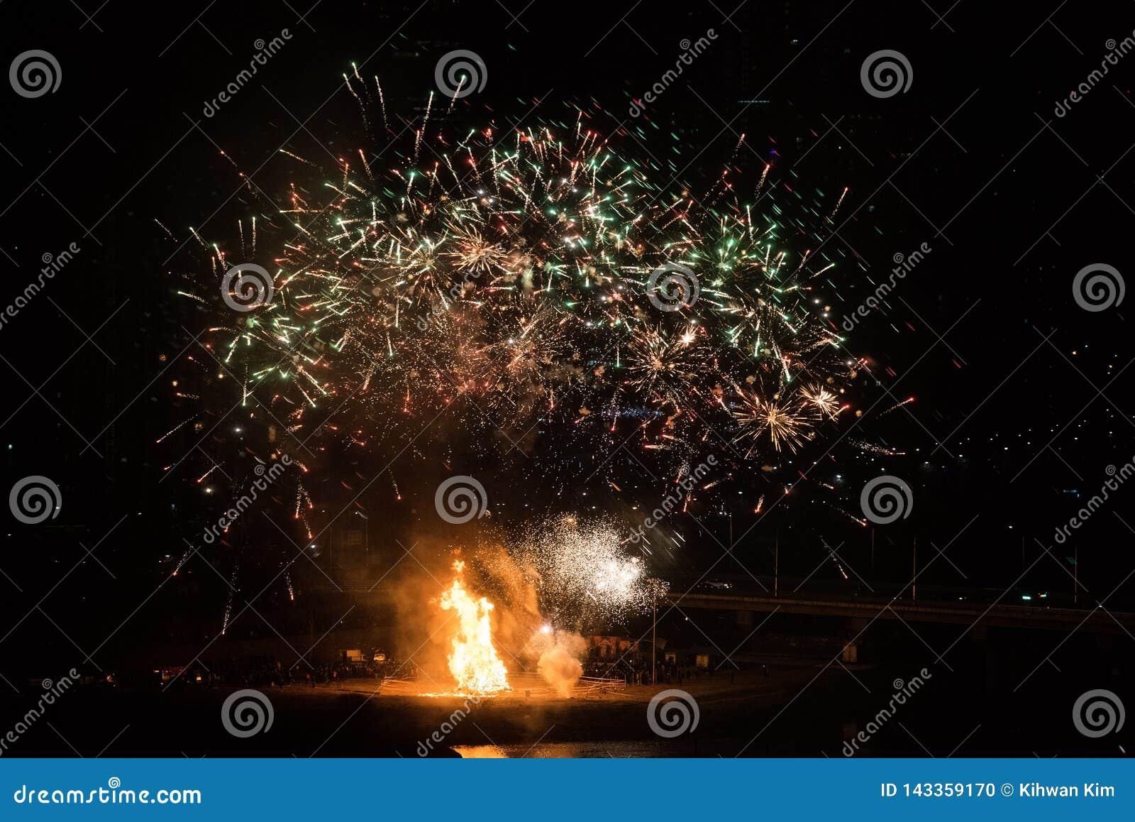 Φωτιά και πυροτεχνήματα για τον εορτασμό της πρώτης πανσελήνου του 2019