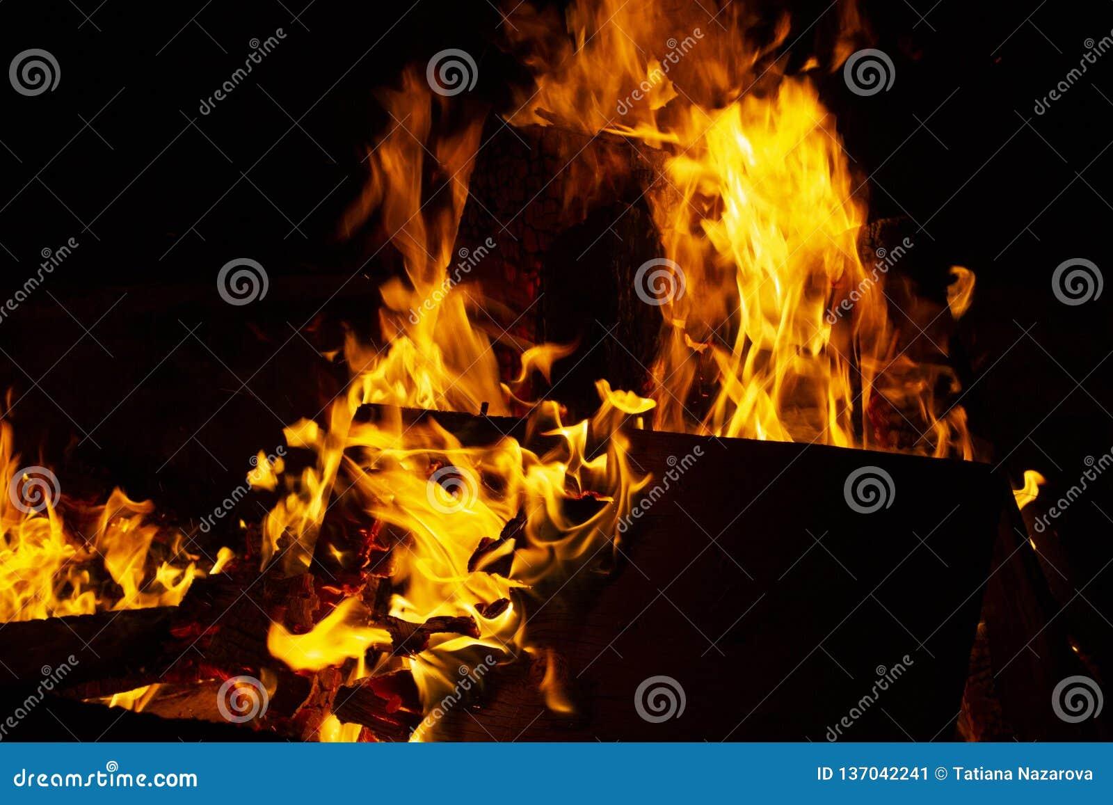Φωτιά τη νύχτα