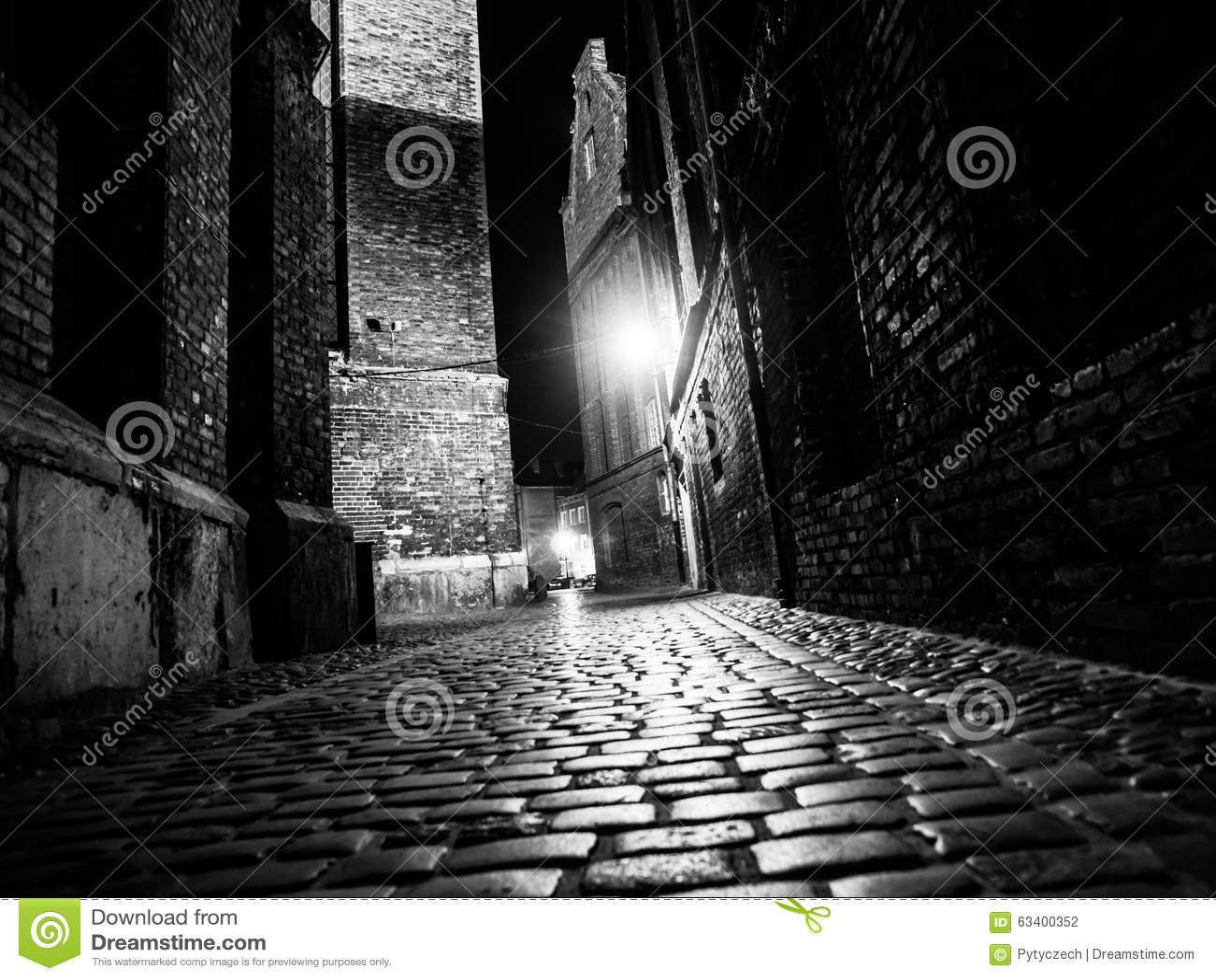 0adea115a7a Φωτισμένος η οδός με τις ελαφριές αντανακλάσεις στους κυβόλινθους στην  παλαιά ιστορική πόλη τή νύχτα Γραπτή εικόνα
